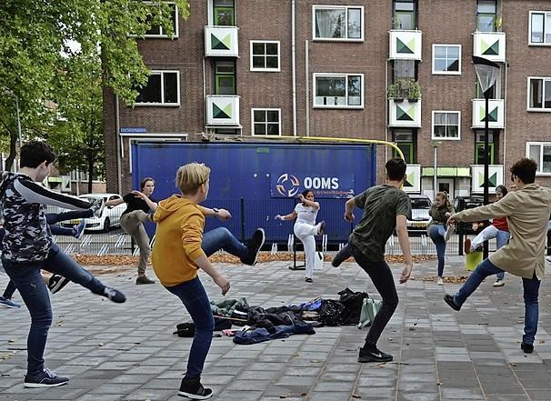 Fitness, oud-Hollandse spelletjes en genieten van muziek; Nationale Burendag blijkt 'coronaproof' ook gewoon gezellig