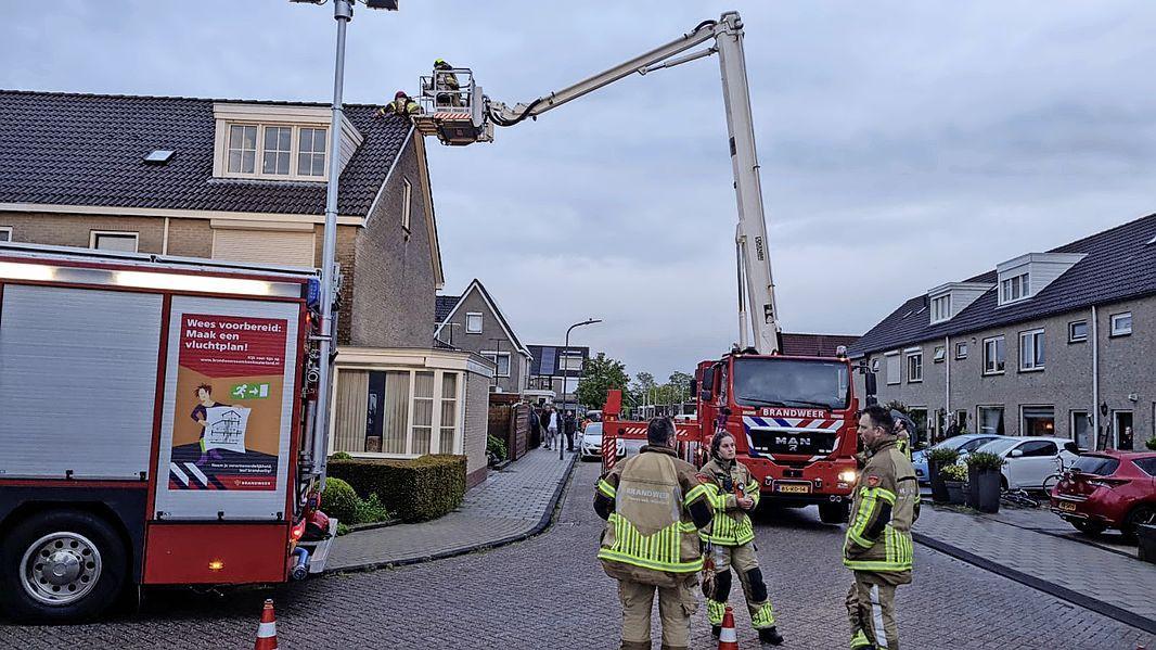 Bliksem slaat in nok van woning Volendam, enkele huizen zonder stroom
