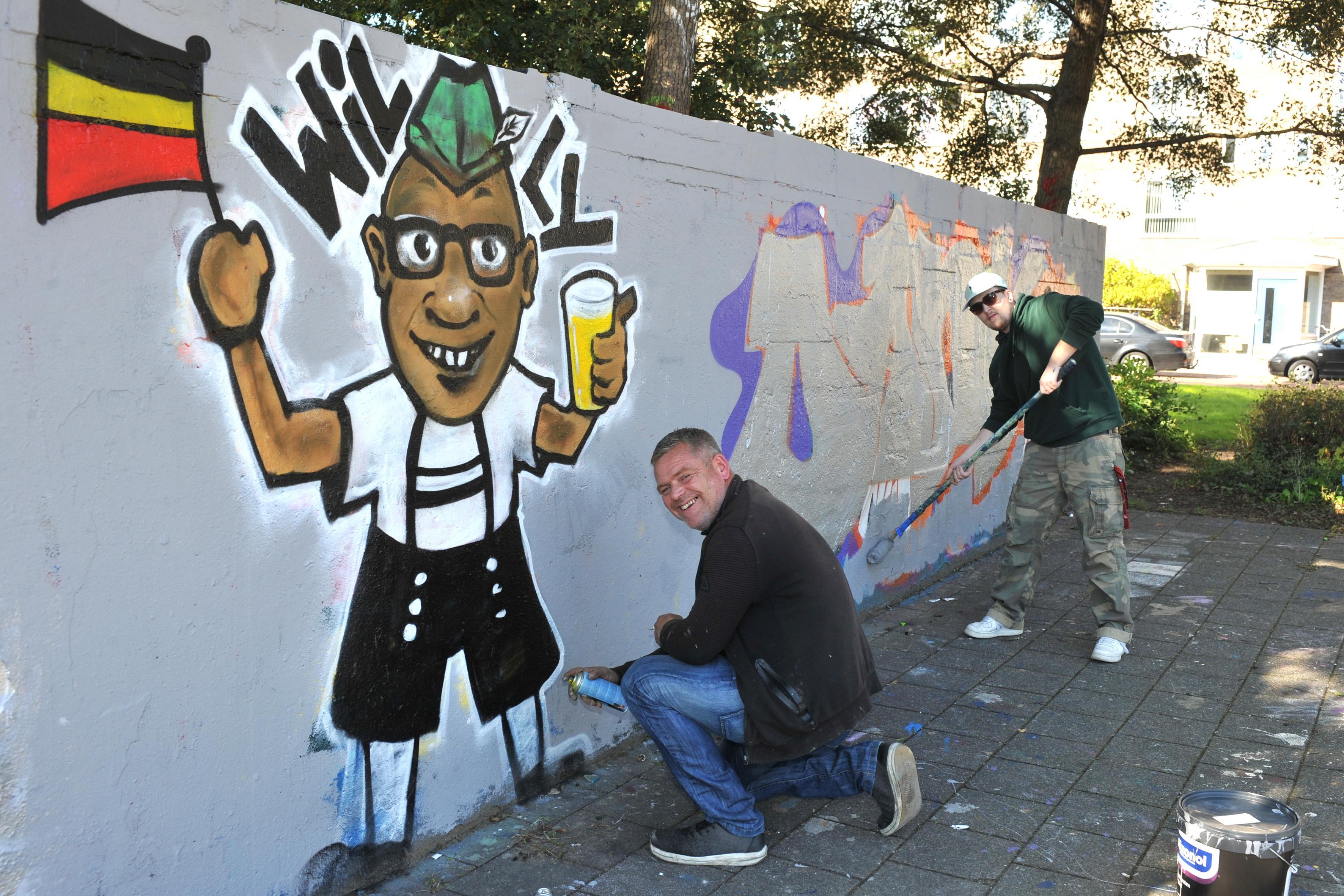 Vertrekkende jeugdwerker William Jordens geëerd met graffiti op betonnen canvas: 'De belangrijkste man van Beverwijk'