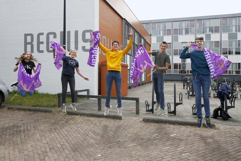 Vmbo-leerlingen van het Regius College Schagen cum laude geslaagd: 'Dat heb ik nog nooit meegemaakt, het is echt een treffer dat het er nu vijf tegelijk zijn'