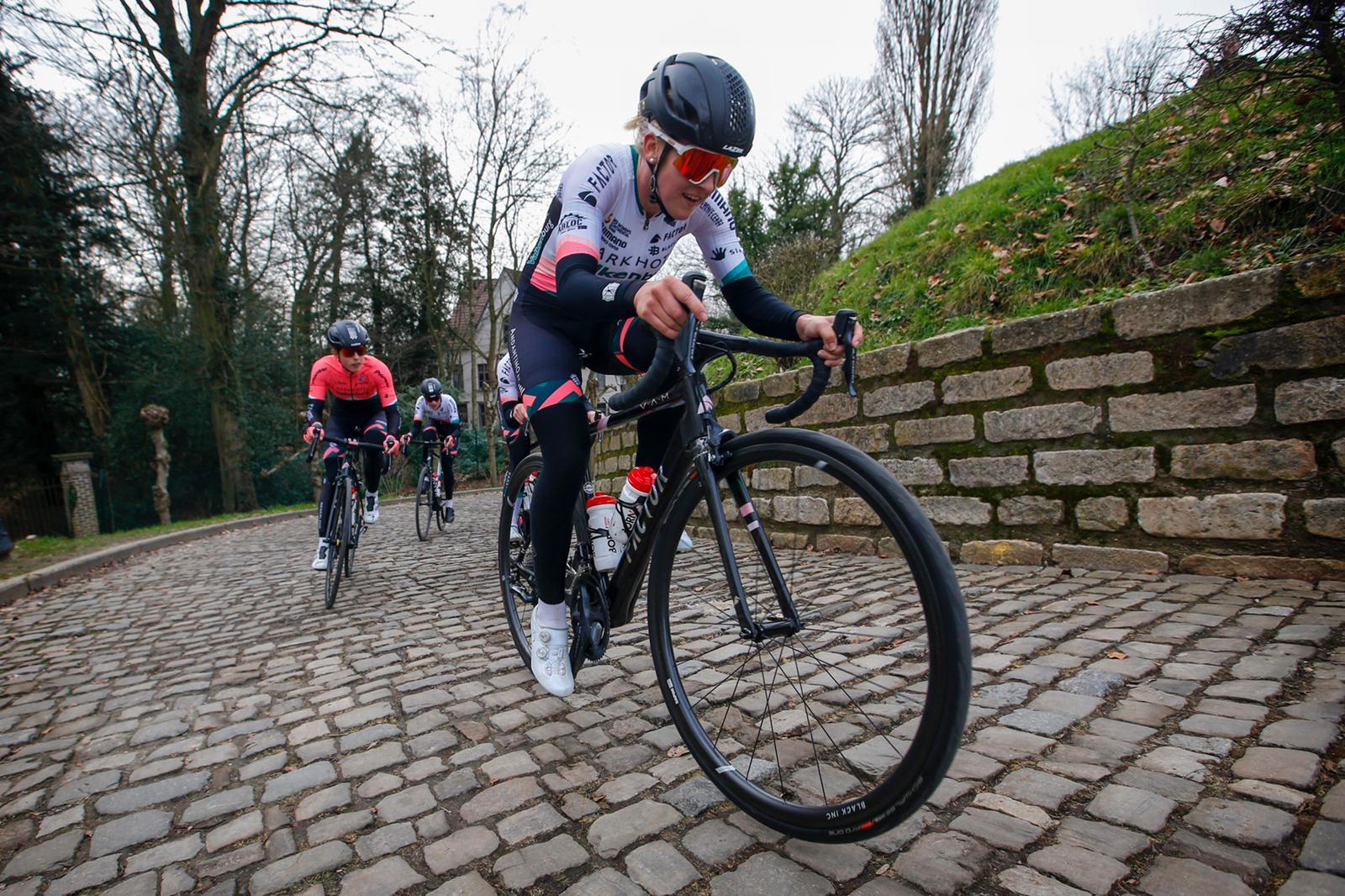 Marit Raaijmakers, wielrenster uit Hippolytushoef, duikt overvol voorjaar in met programma op de weg en baan. 'De liefde gaat uit naar twee kanten, ik kan en wil geen keuze maken'