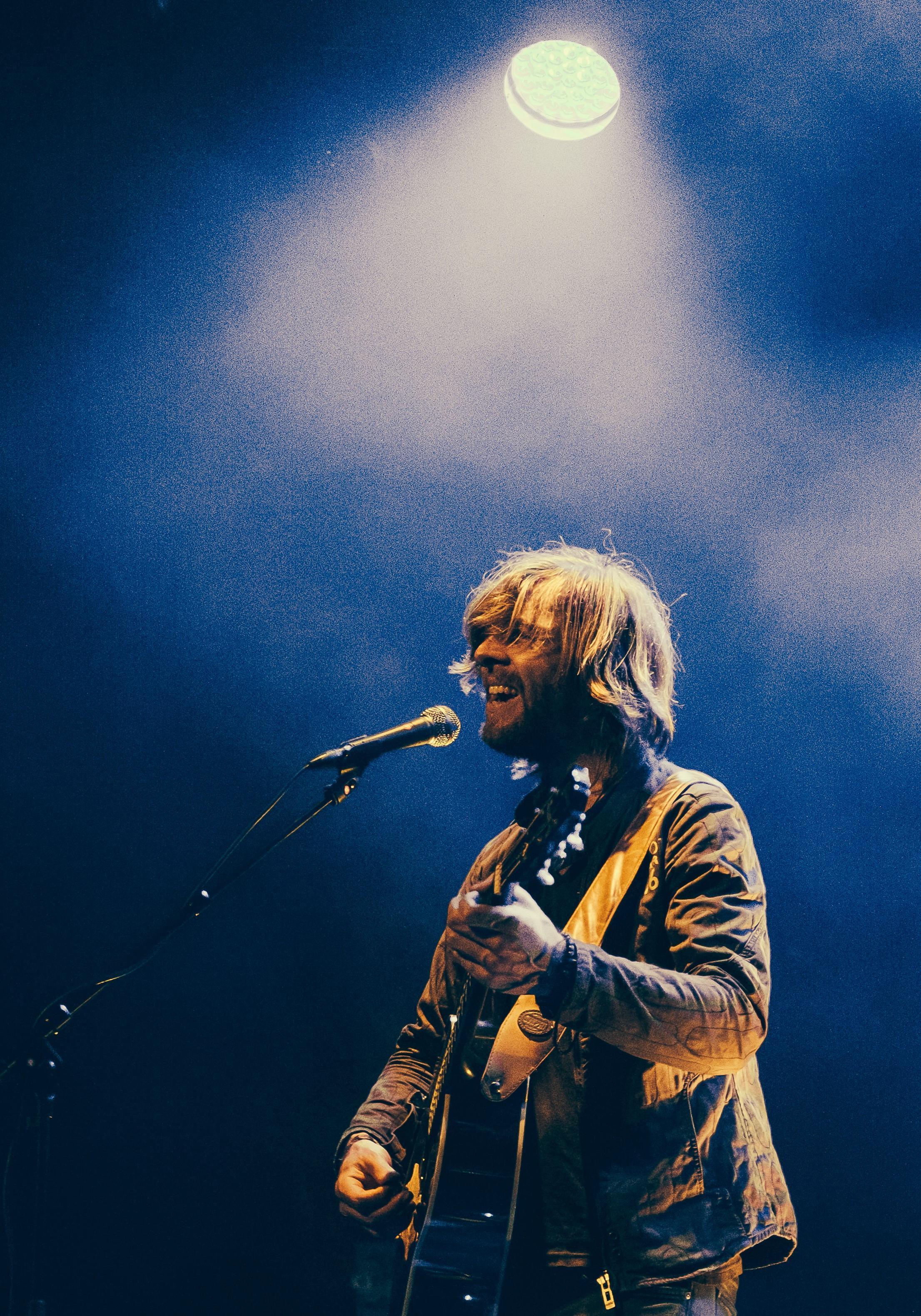 Johan Keeman zingt in caféopstelling in Bovenkarspel en presenteert nieuwe single: 'Positieve kijk op thuis zijn, zonder coronavirus te noemen'