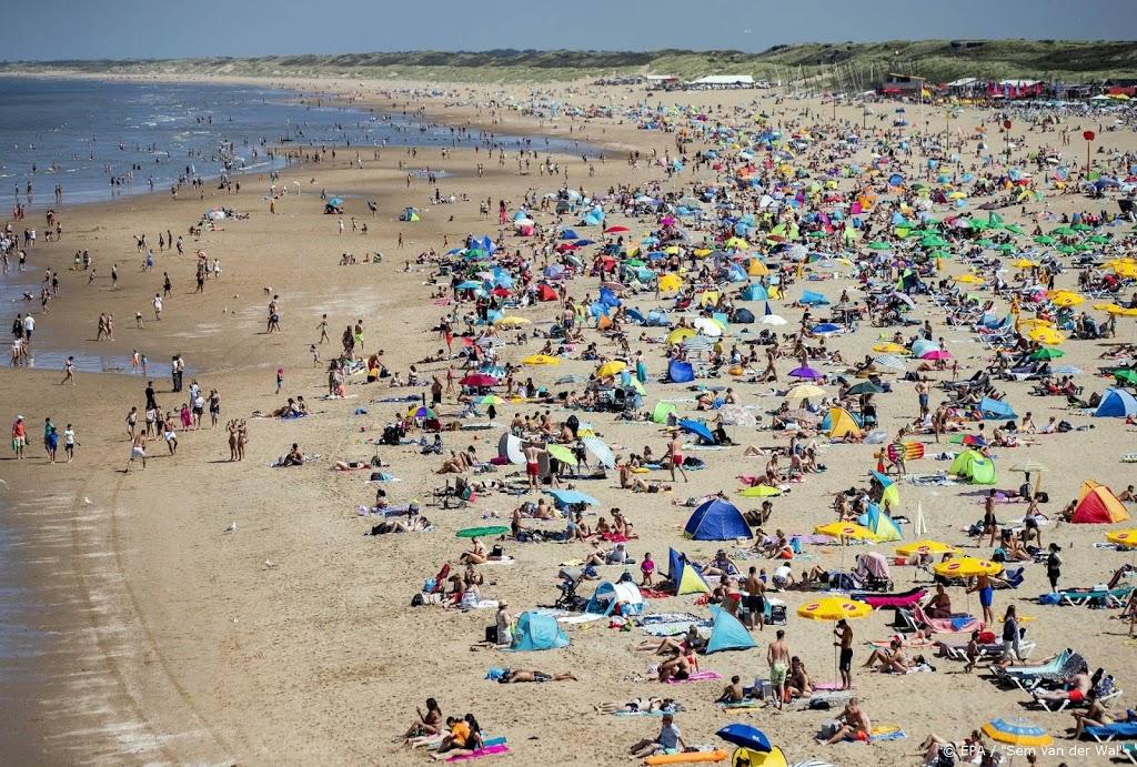 Rode vlag op Haagse strand, tientallen mensen uit zee gehaald