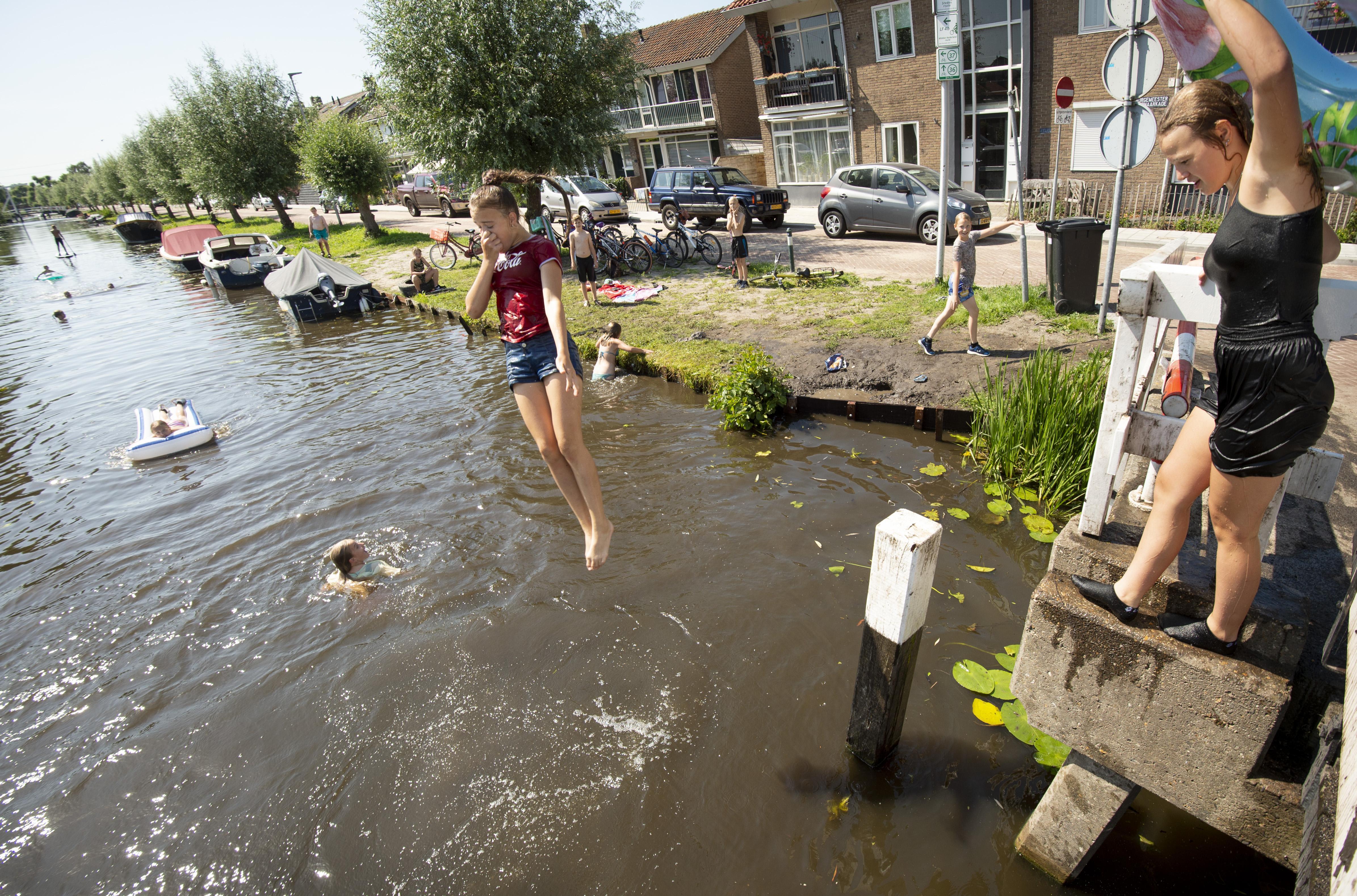 Zwembaden dicht in Rijnwoude: dan maar zwemmen in de sloot of Oude Rijn