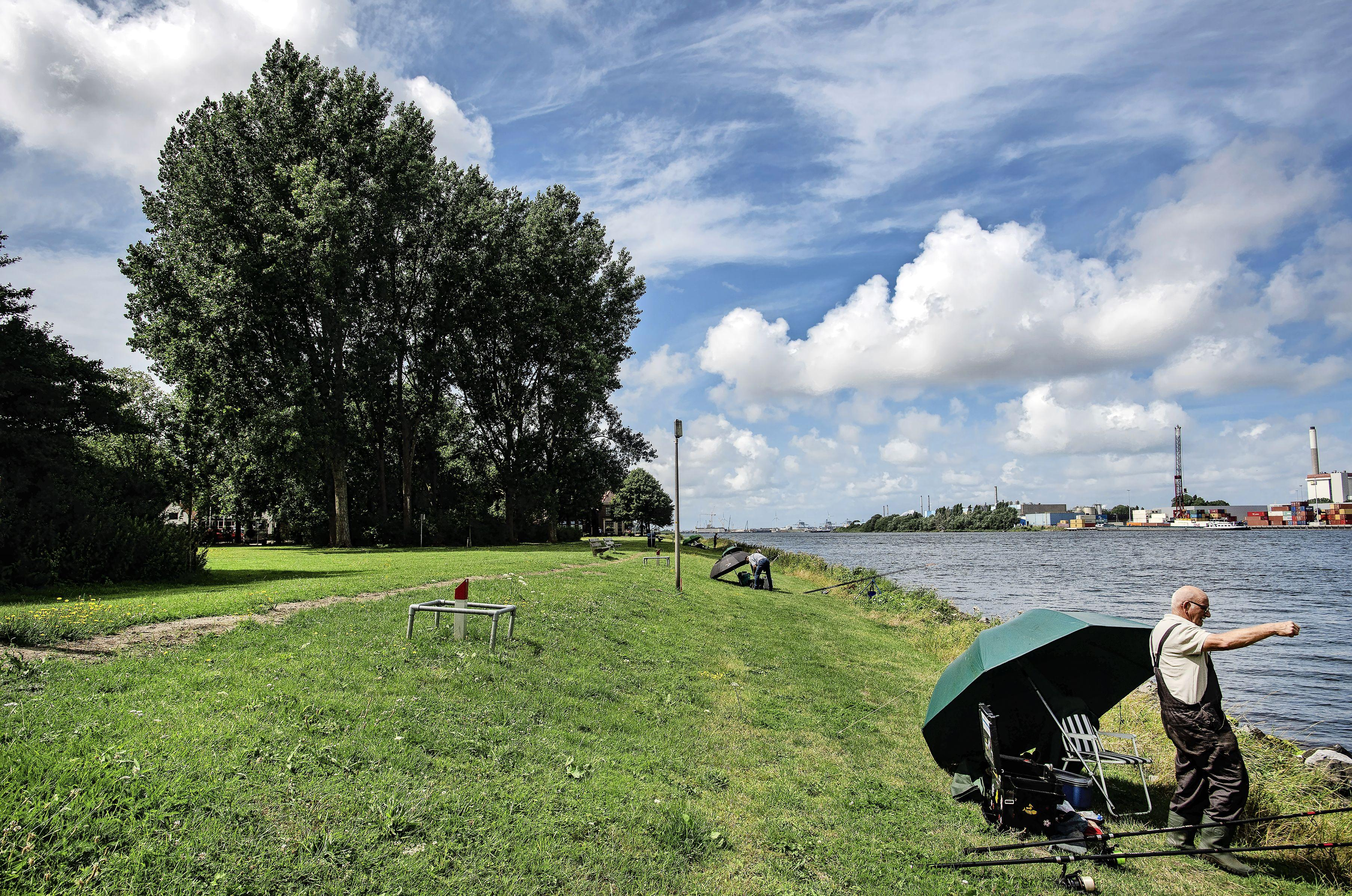 Landelijke opschoondag: leden roeivereniging De Stern prikken zaterdag rommel langs Noordzeekanaal aan hun stok