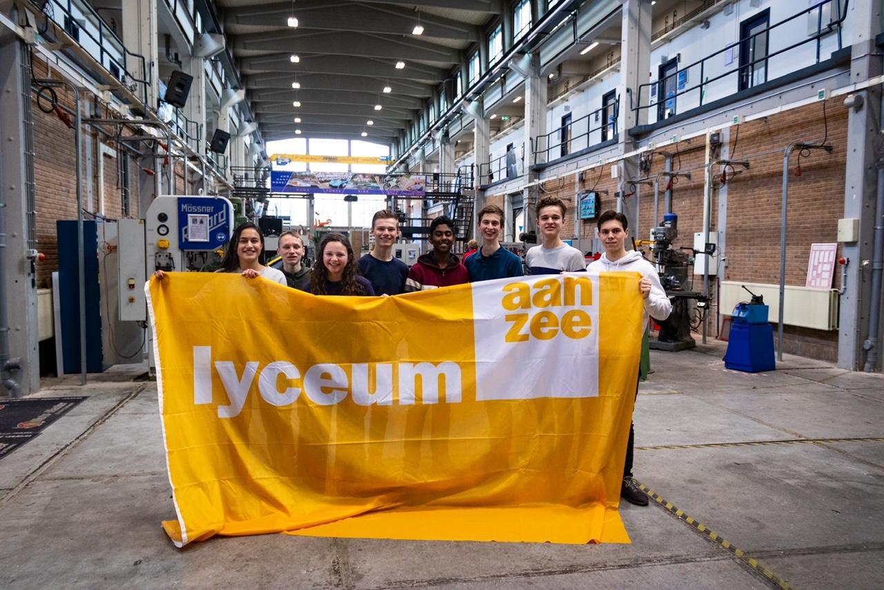 Racen met een zelfgebouwde zonneboot. Leerlingen van Lyceum aan Zee doen mee aan de landelijke Young Solar Challenge. In hun uppie, langs de Flaneerkade in Den Helder, want het moet coronaproof