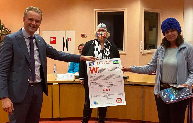 Ruim 4.000 handtekeningen en badmutsen voor behoud van IJsselmeer bij Andijk overhandigd: 'Laat ze zelf eens gaan kijken'