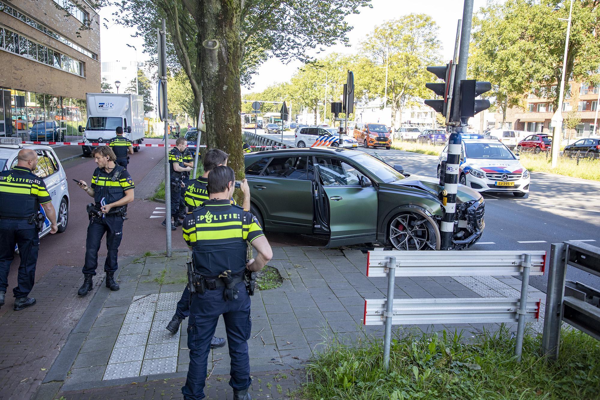 Gestolen auto crasht tegen paal in Haarlem na achtervolging