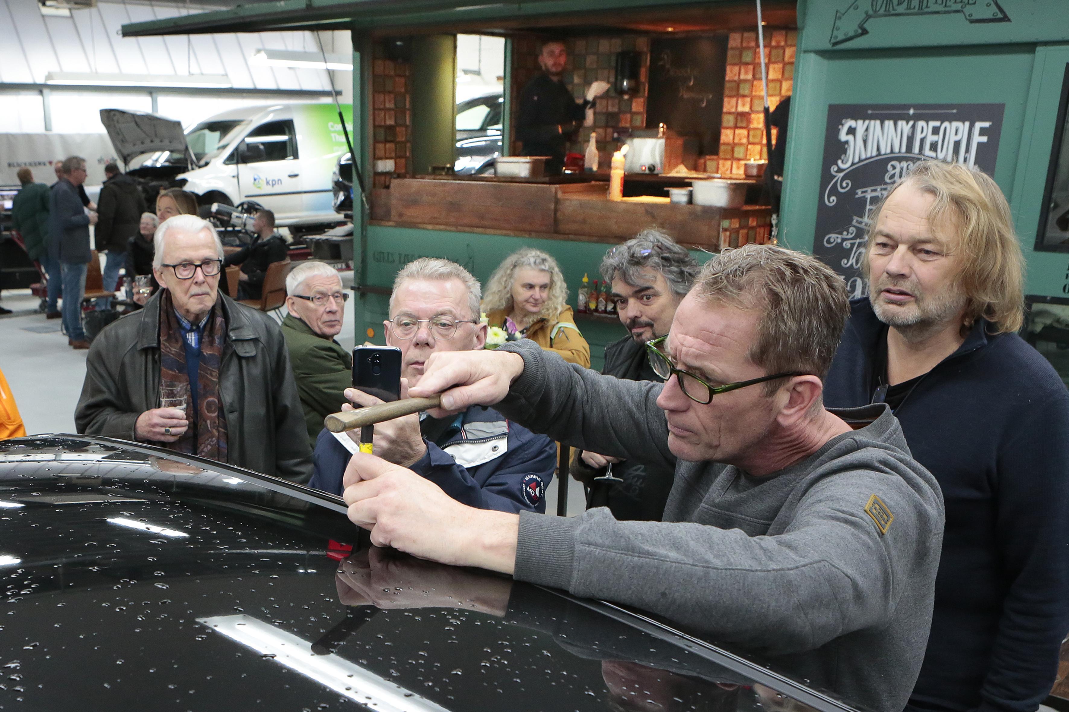 Hilversums schadeherstelbedrijf Knopper trakteert op gratis uitdeuken bij 80-jarig bestaan