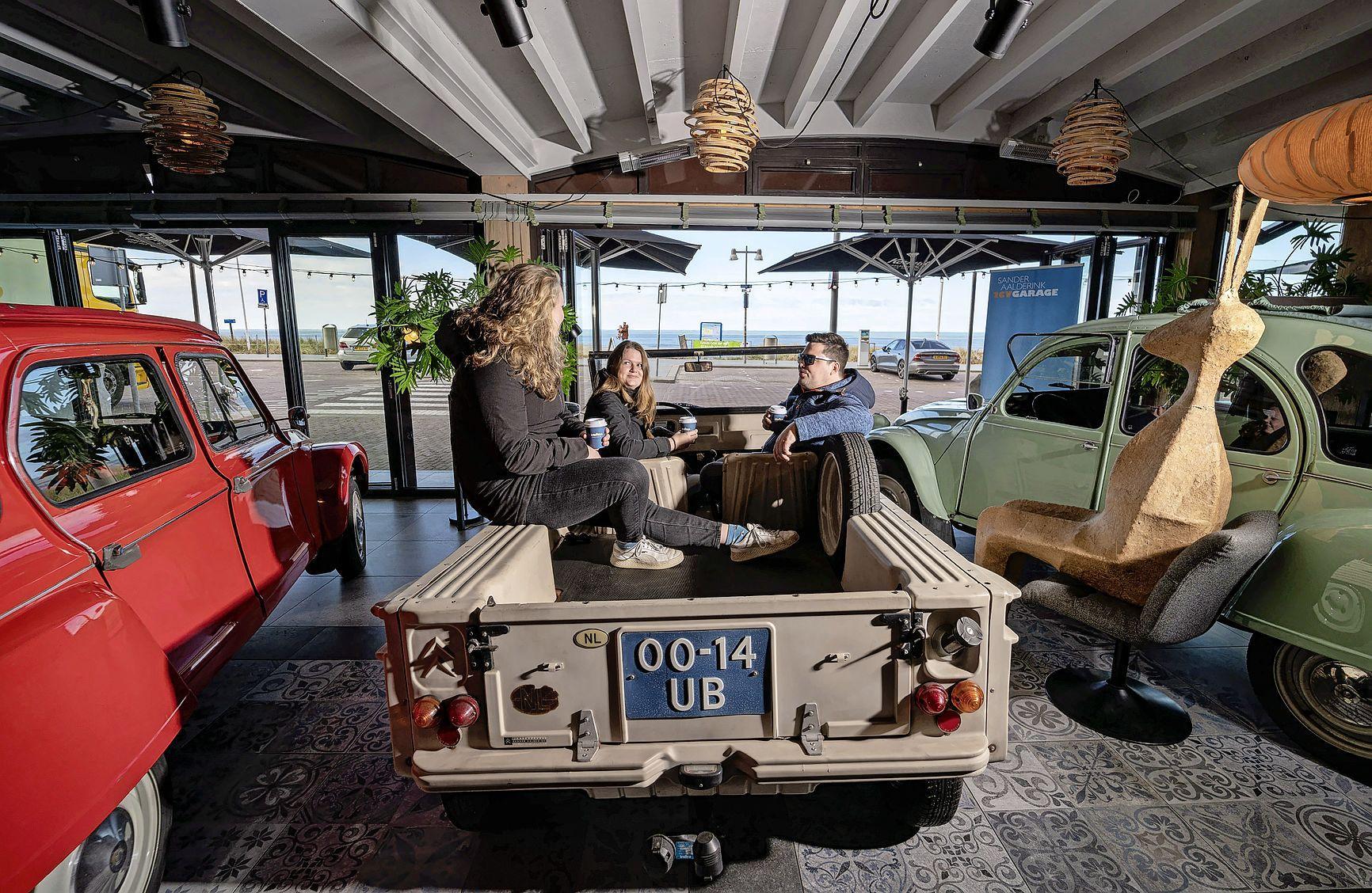 Staan daar nu auto's in een restaurant? Bij Eazee in Egmond kun je een kopje koffie drinken in een oldtimer, met uitzicht op zee