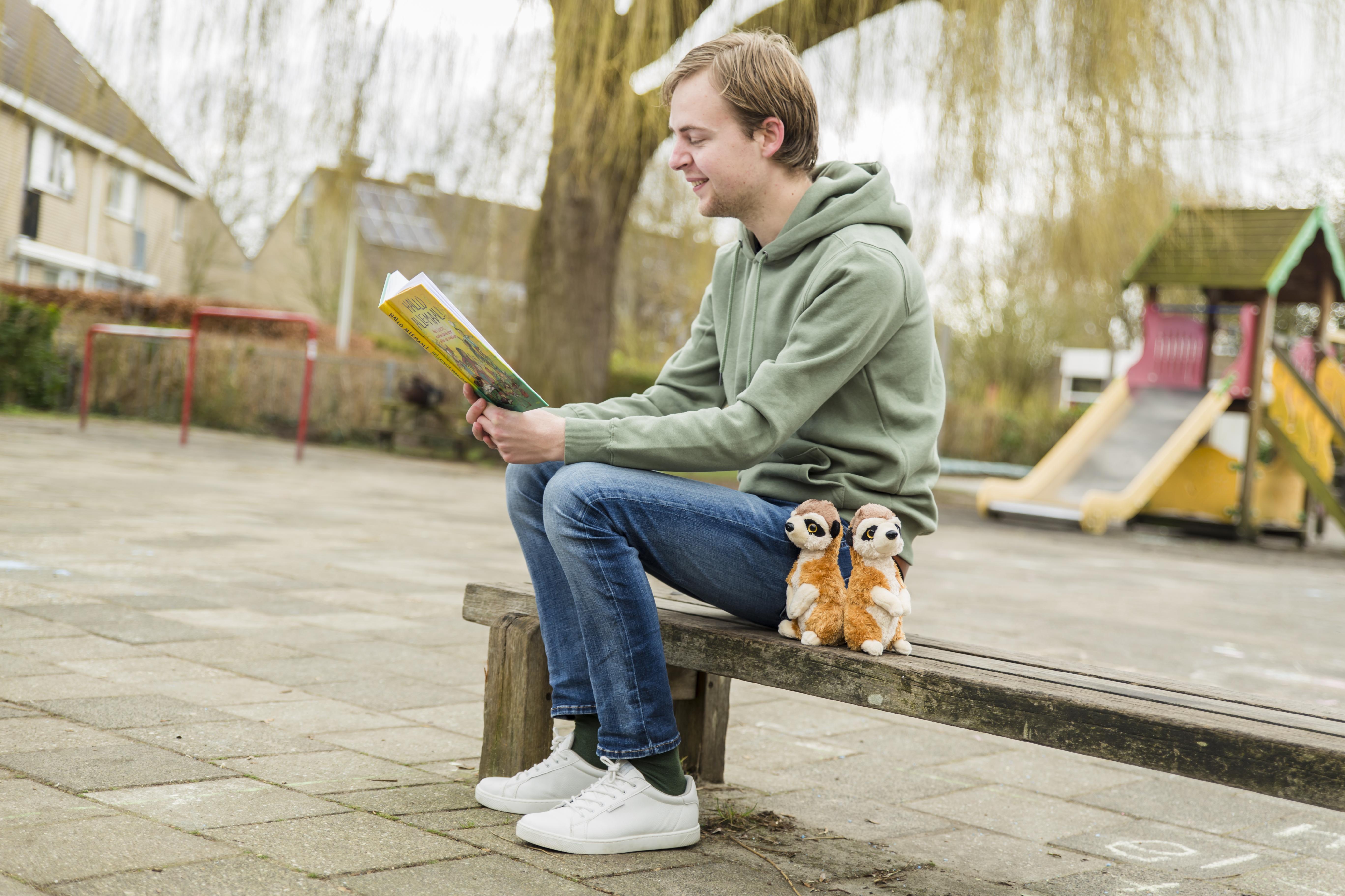 Meester Thomas uit Roelofarendsveen werkte in het geheim mee aan een voorleesboek. Zijn boodschap: 'Ga op avontuur, wees nieuwsgierig'