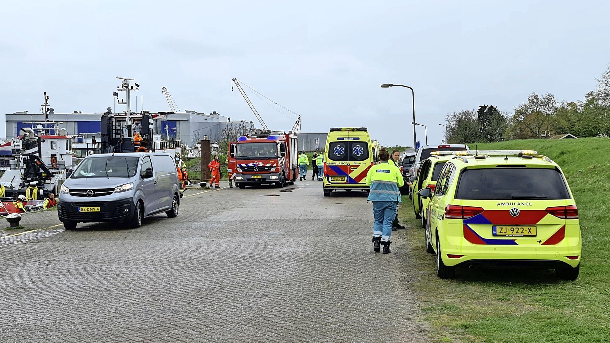Drie matrozen in opleiding tijdens eindoefening te water bij haven Oude Zeug, één persoon naar het ziekenhuis