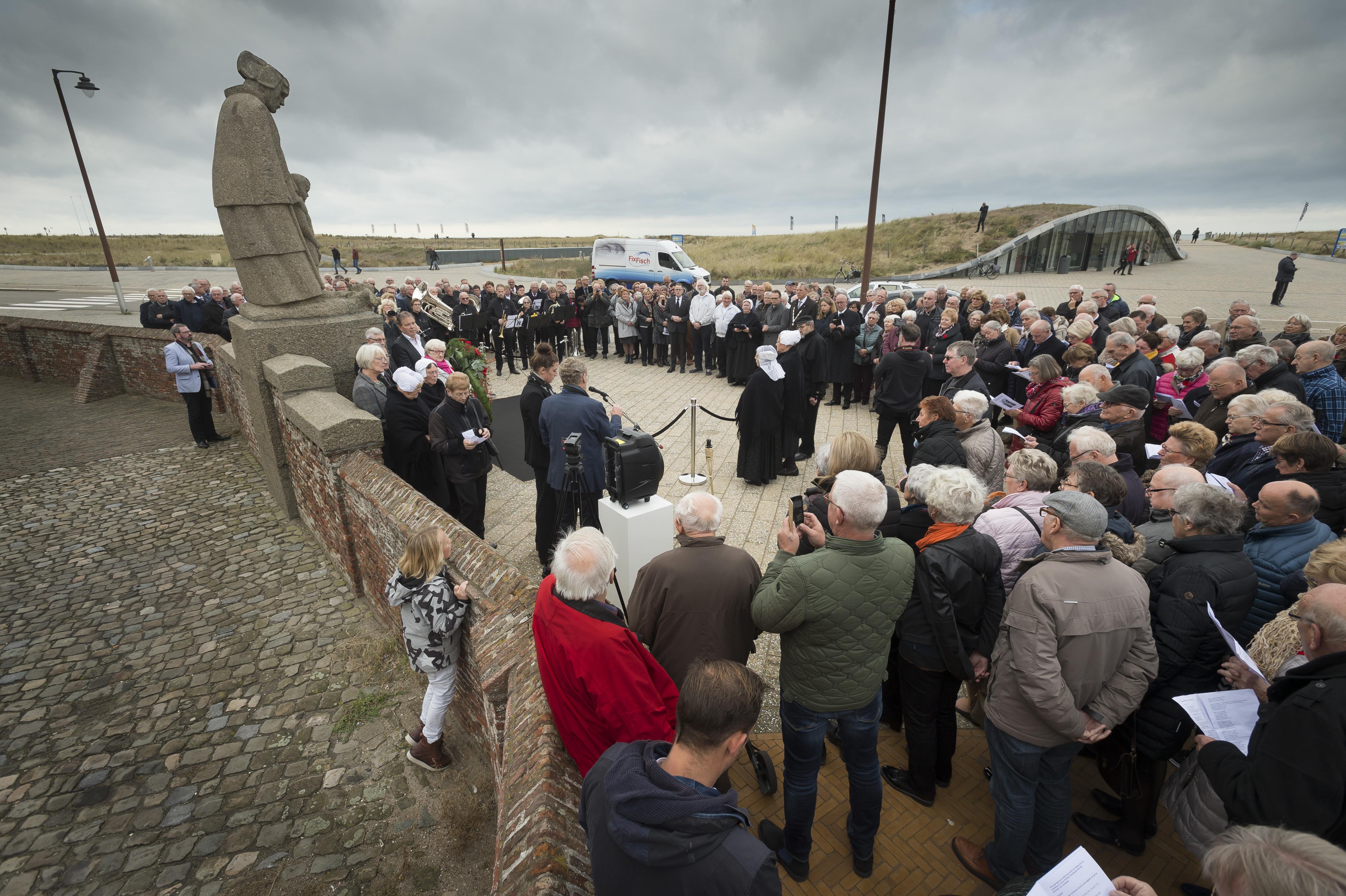 Herdenking bij monument in Katwijk voor overleden vissers. Zoals Willem Ouwehand en Jacob Schaap die met de KW103 vanuit IJmuiden naar zee vertrokken en nooit terugkeerden