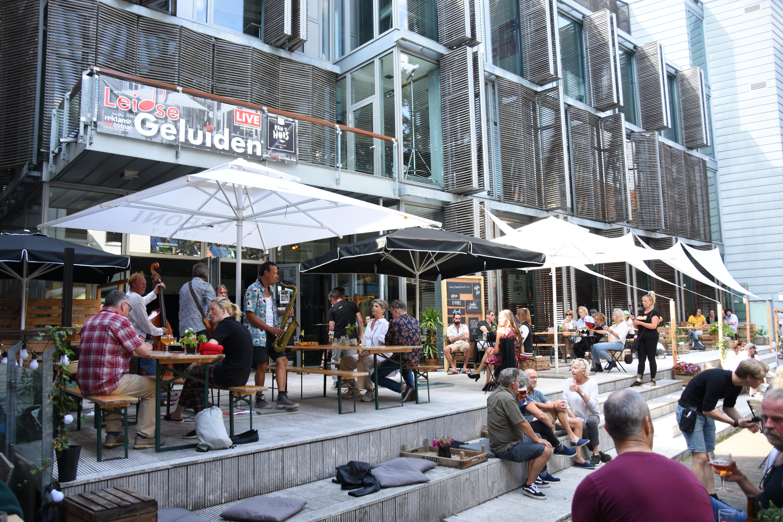 Toch nog een swingende zomer in Leiden: Een onvergetelijke verjaardag, eerste borrel in maanden en een zomerconcert