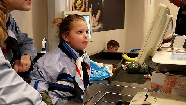 Kinderen achter de kassa in Rijnsburg [video]