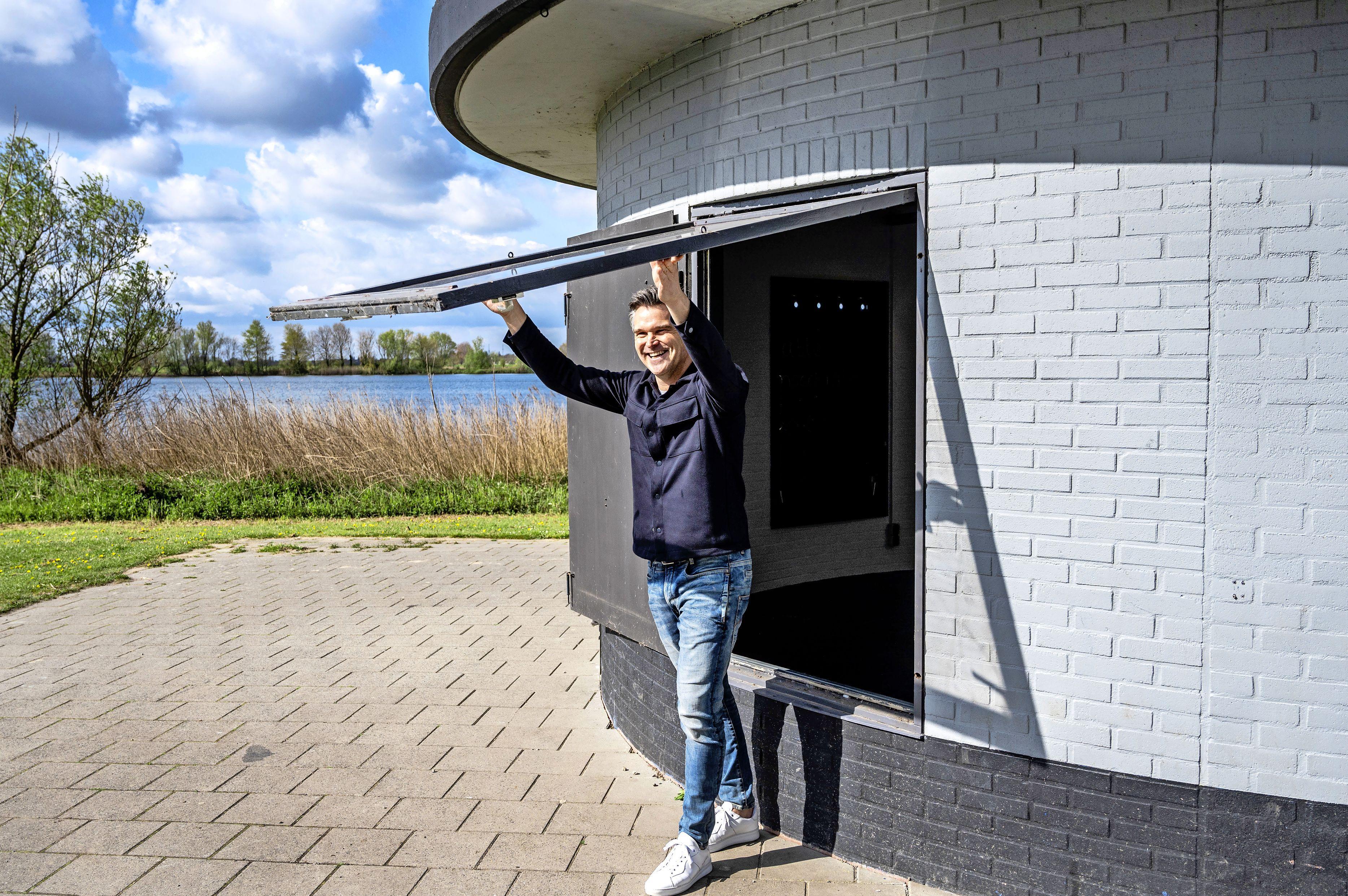 Econoom Virgil Haccou maakt zich op voor zomers avontuur met zijn nieuwe strandbar Mosun in Velserbroek. 'Deze locatie, gelegen bij een recreatiegebied, vind ik erg mooi'