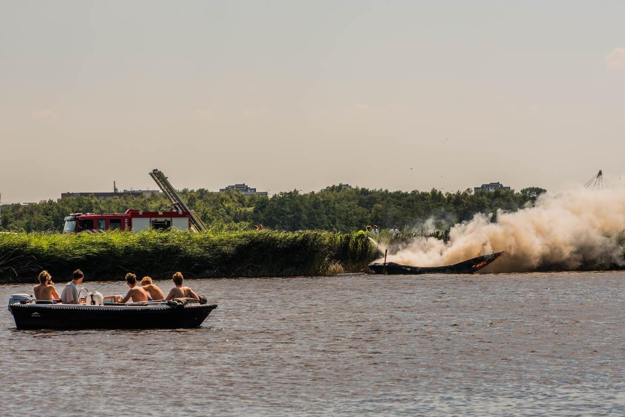 Bootje brandt uit in water bij Haarlemmerliede