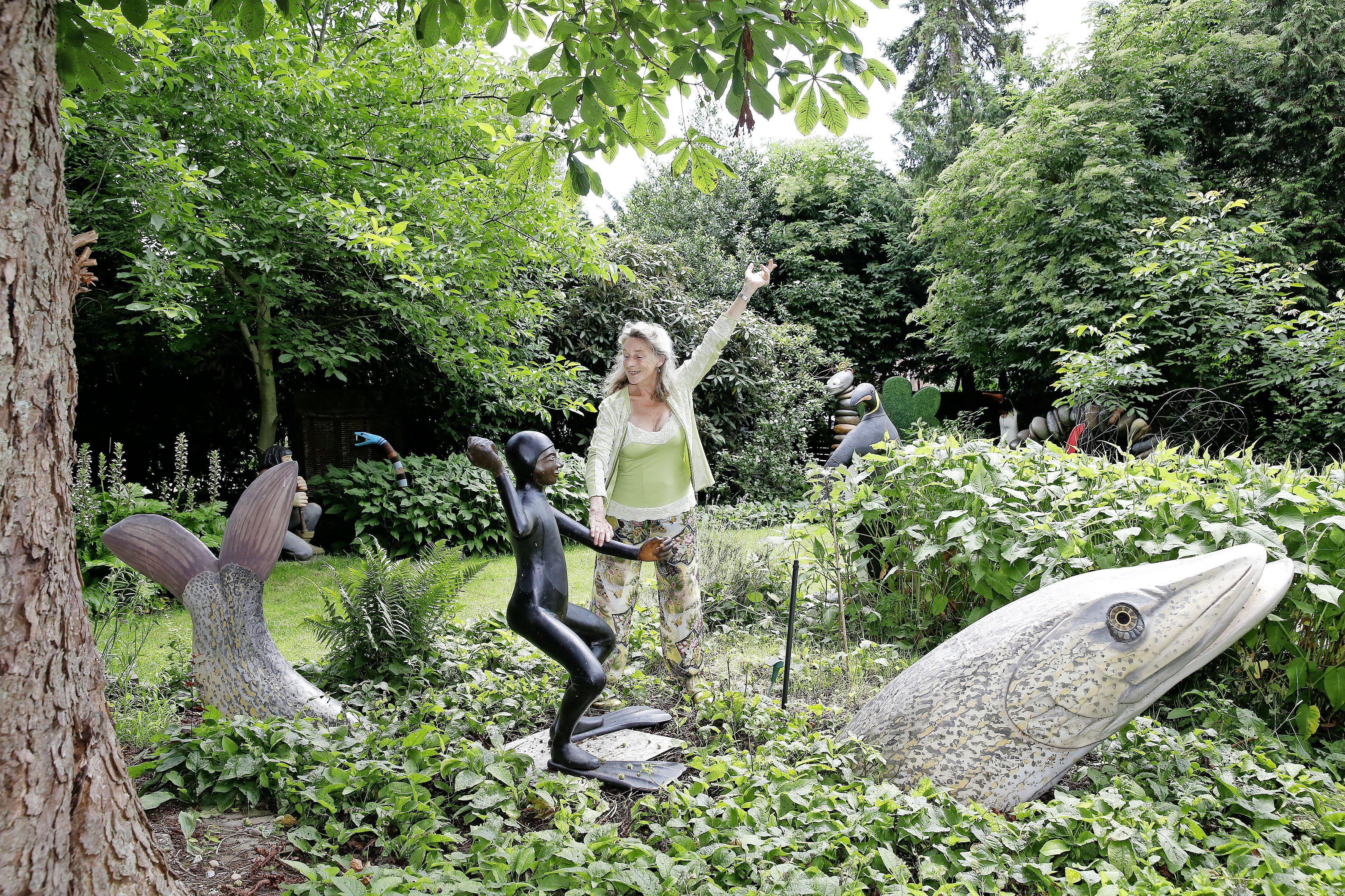 Weesper kunstenares Ilona Woltring houdt zomerexpositie in de tuin van haar ouderlijk huis: 'Beelden voor buiten moeten groot zijn'