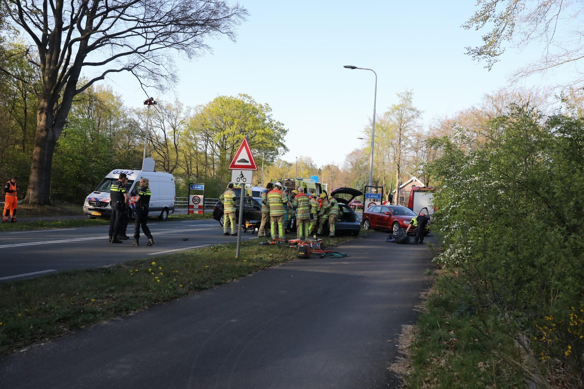 Vrouw uit auto bevrijd na frontale botsing op Hilversumseweg, ook taxichauffeur gewond