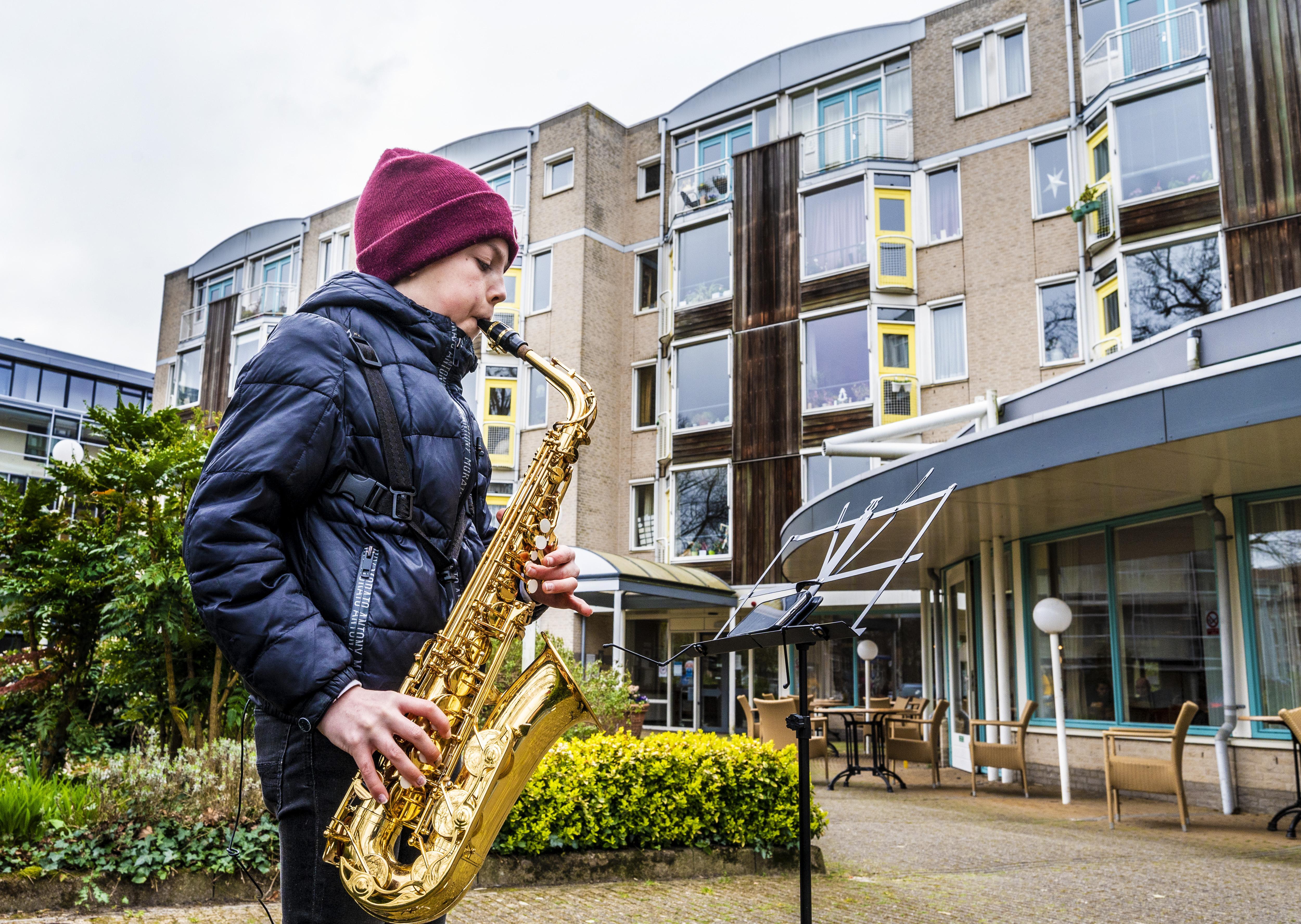 'Echte performer' David (11) speelt verzorgingshuis De Rijp plat