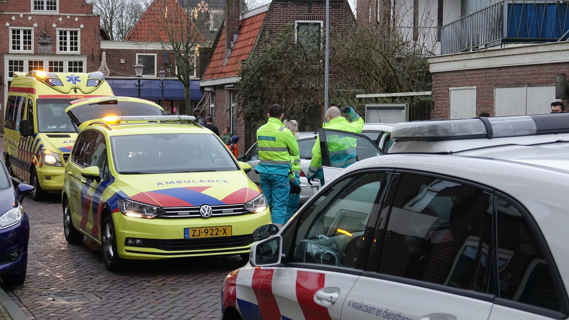 Eén gewonde bij botsing tussen twee auto's in Medemblik. Wijkagent bezorgt betrokken kinderen een glimlach