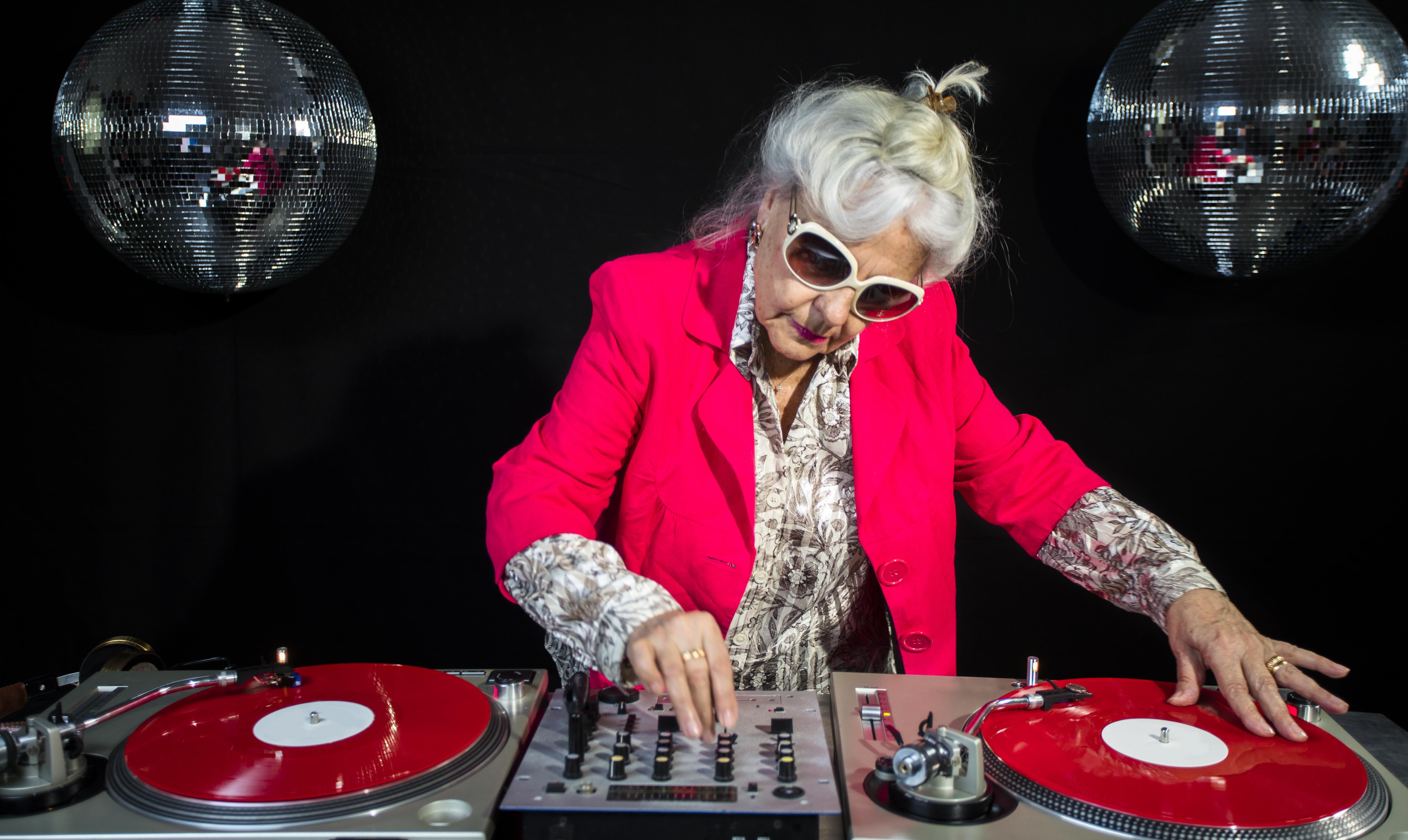 'Coronaproof' muziekfeest voor 60-plussers in popzaal Hoofddorp; als 'dagbesteding' mag het van de gemeente