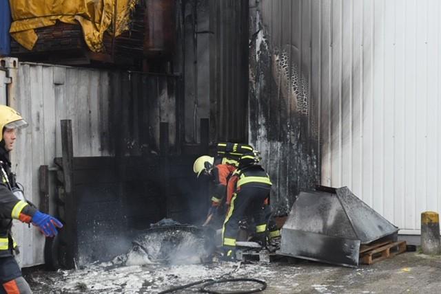 Schade aan bedrijfspanden door containerbrand in Warmond