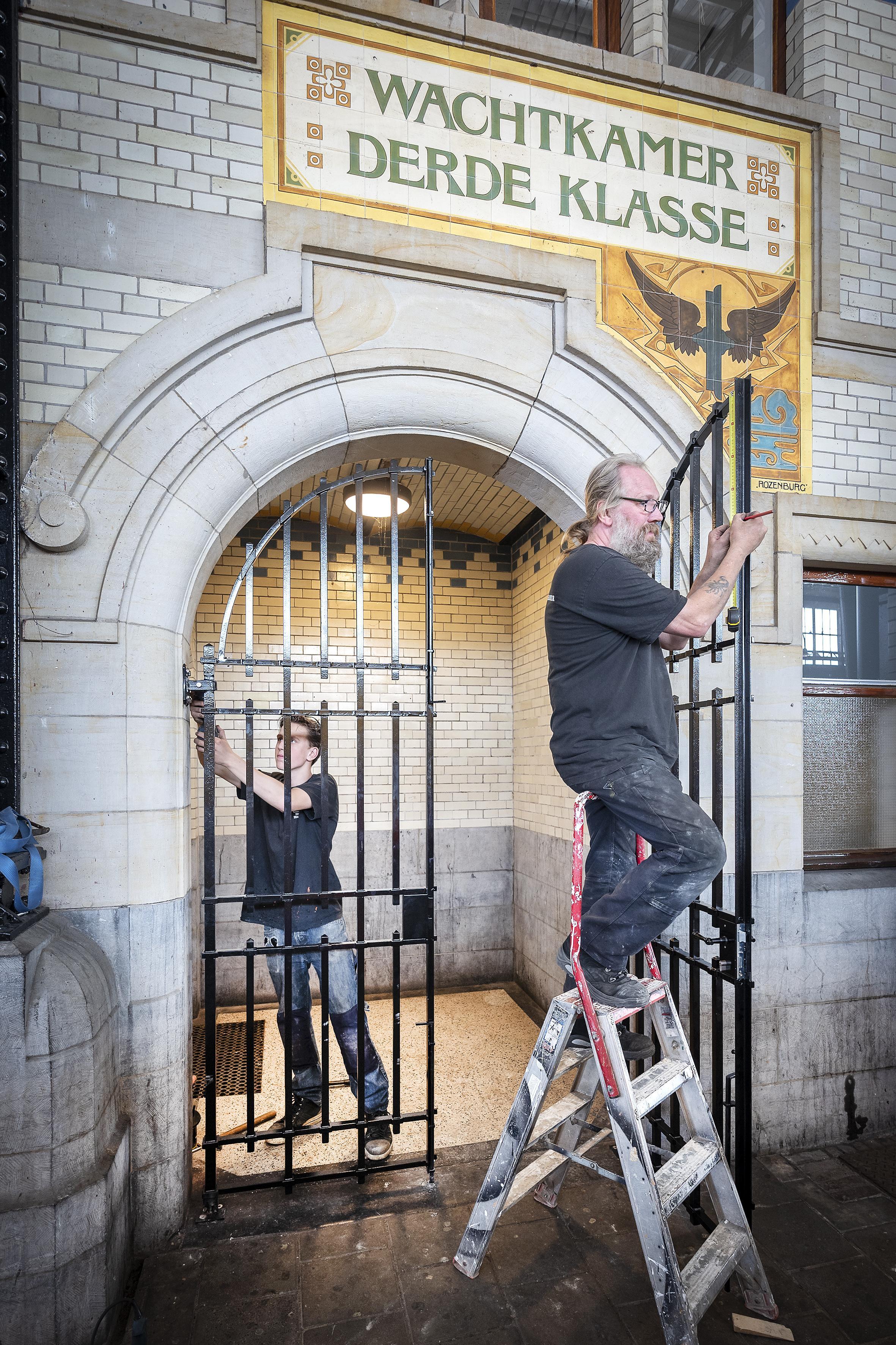 'Gehistoriseerde' nieuwe hekken op middenperron Station Haarlem moeten ongenode gasten weren