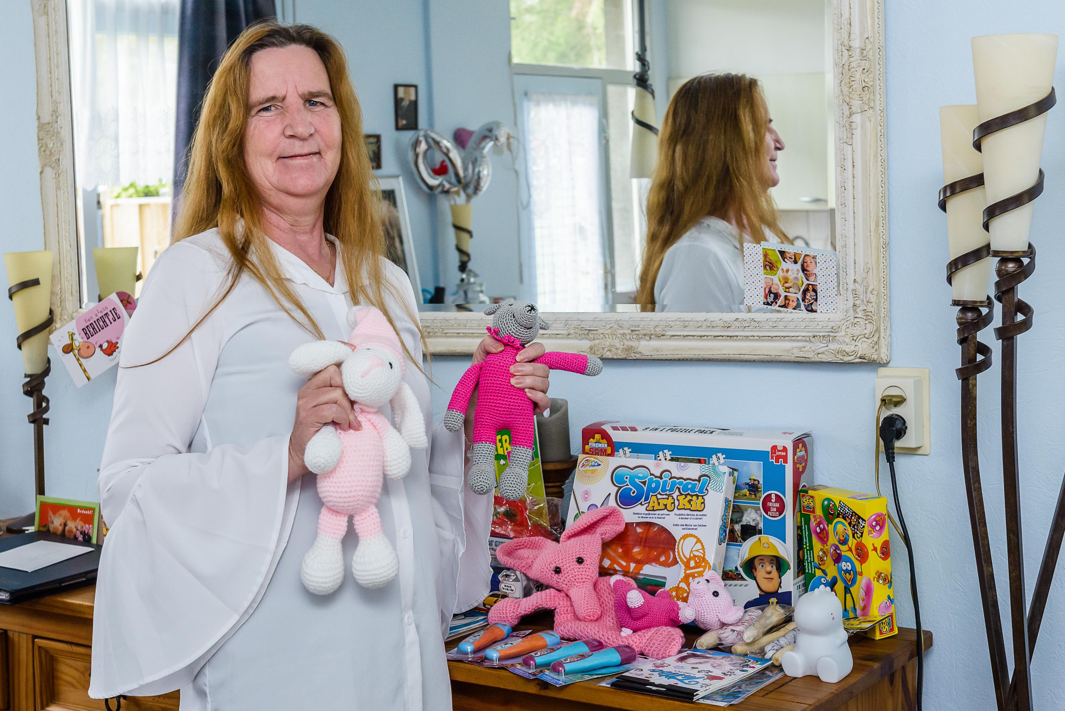 Louisa (58) ontvluchtte zelf bittere armoede en helpt nu minimagezinnen de feestdagen door: 'Kinderen in armoede staan aan de zijlijn'