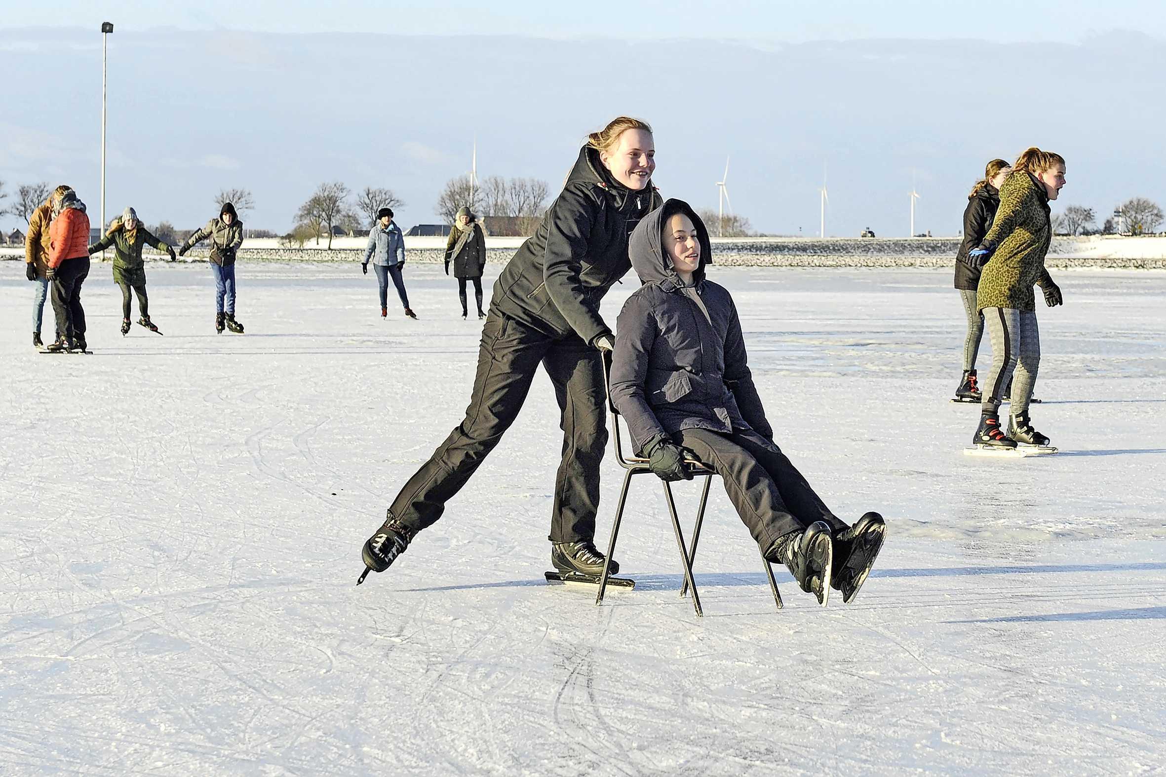 Jong en oud kan genieten op de ijsbaan van Winkel. Als het lidmaatschapsgeld maar betaald is aan de plaatselijke ijsclub