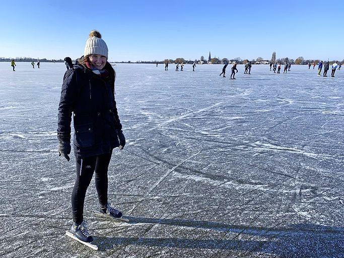 Nieuwkoop sluit aantal wegen af om schaatsdrukte op Nieuwkoopse en Langeraarse Plassen te voorkomen