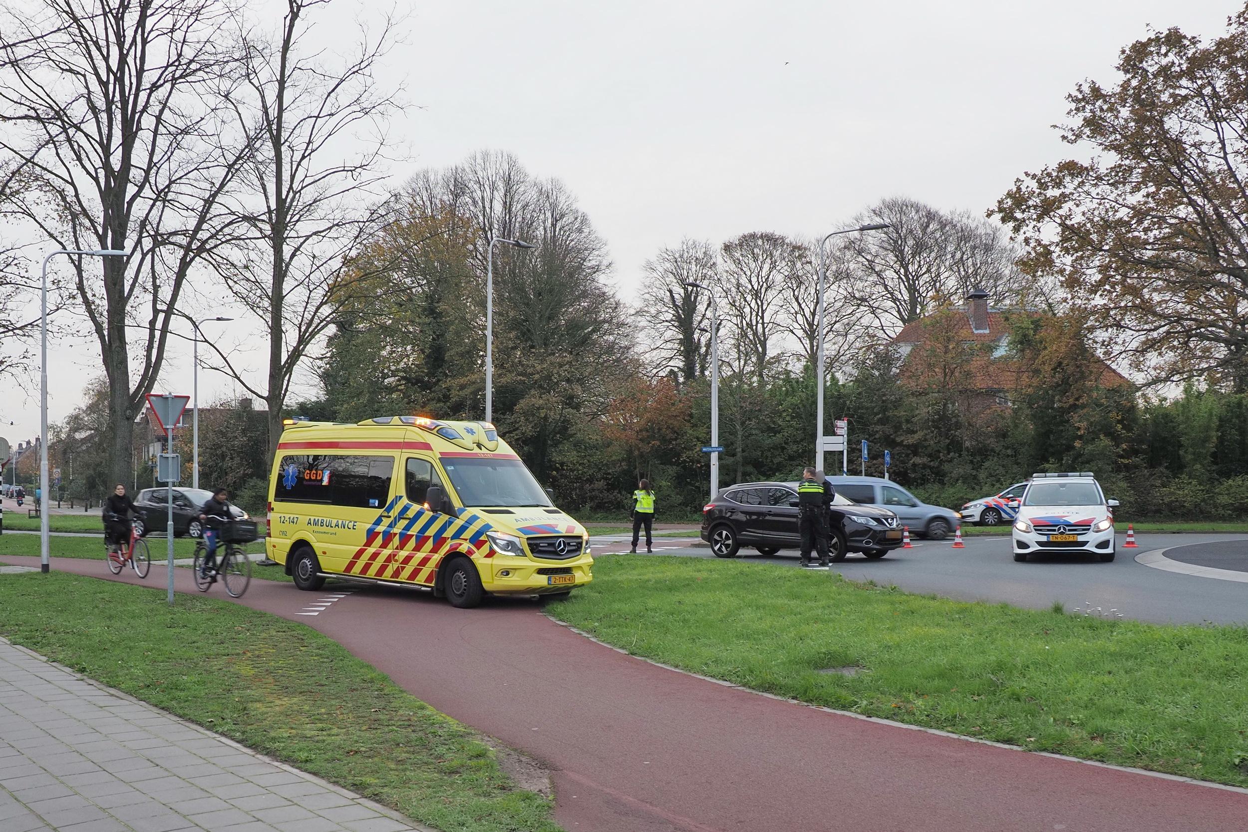 Voor de vijfde keer dit jaar fietser geschept op rotonde in Driehuis: Slachtoffer loopt hoofdwond op