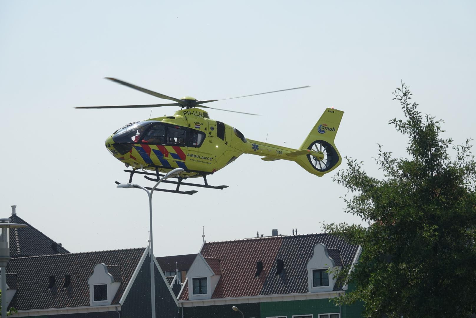 Scooterrijder zwaargewond bij aanrijding in Zaandam, traumahelikopter ter plaatse
