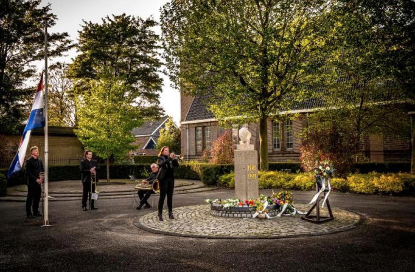 Dodenherdenking: Musici Landsmeer spelen toch bij oorlogsmonument, ondanks oproep thuis te blijven [video]