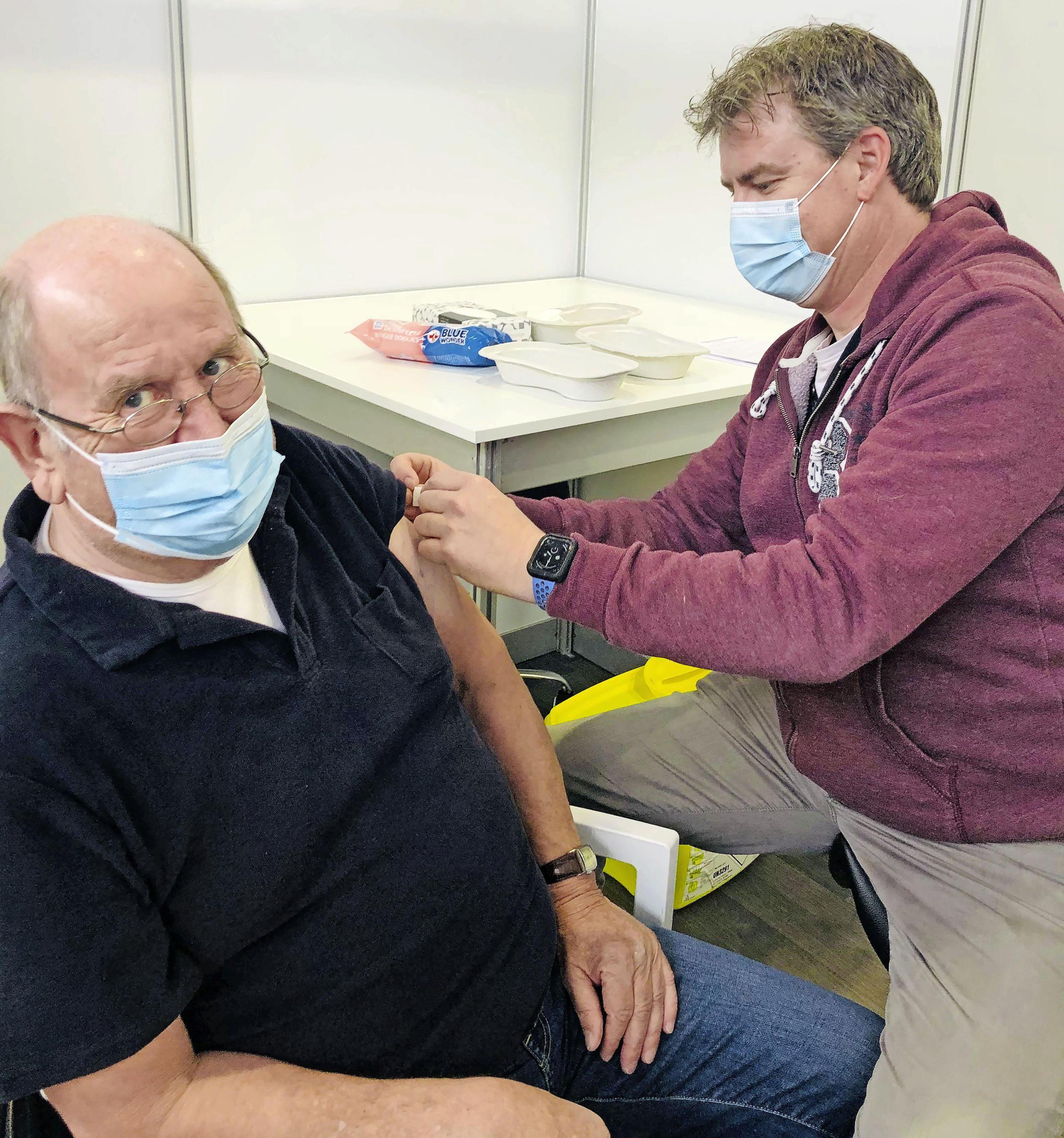 Zoon Stefan vaccineert vader Jacques; 'Er heerste een vrolijke spanning'