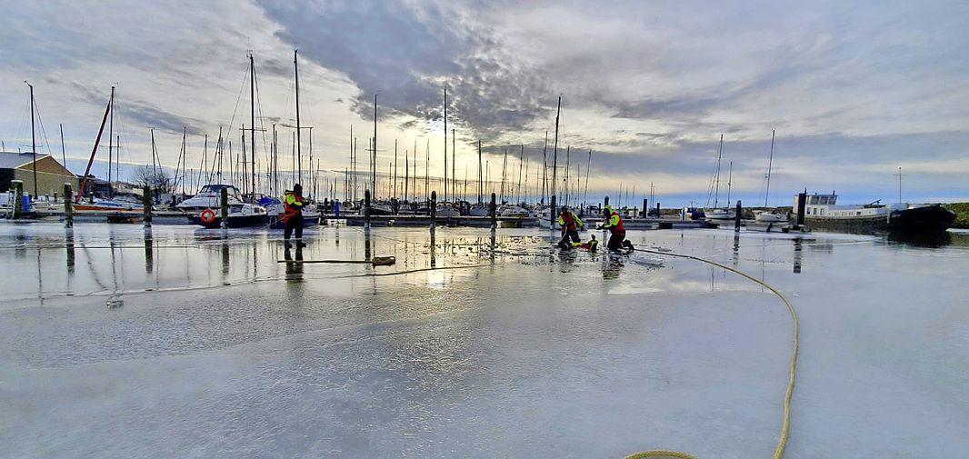 Hoe red je een schaatser die al een kwartier aan een ijsschots hangt? In Andijk weten ze het