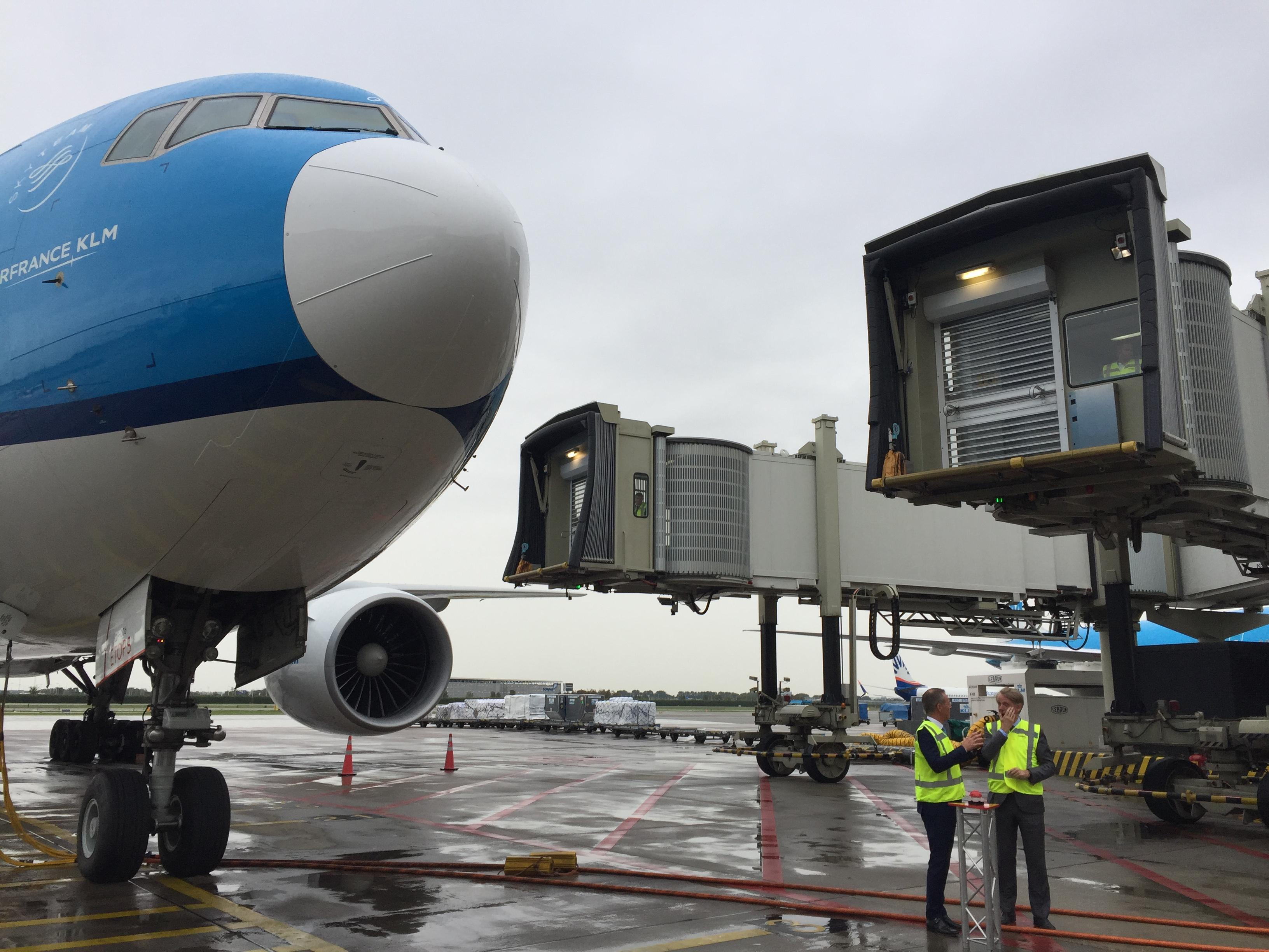 Schiphol heeft wereldprimeur met volautomatische dubbele aviobrug [video]