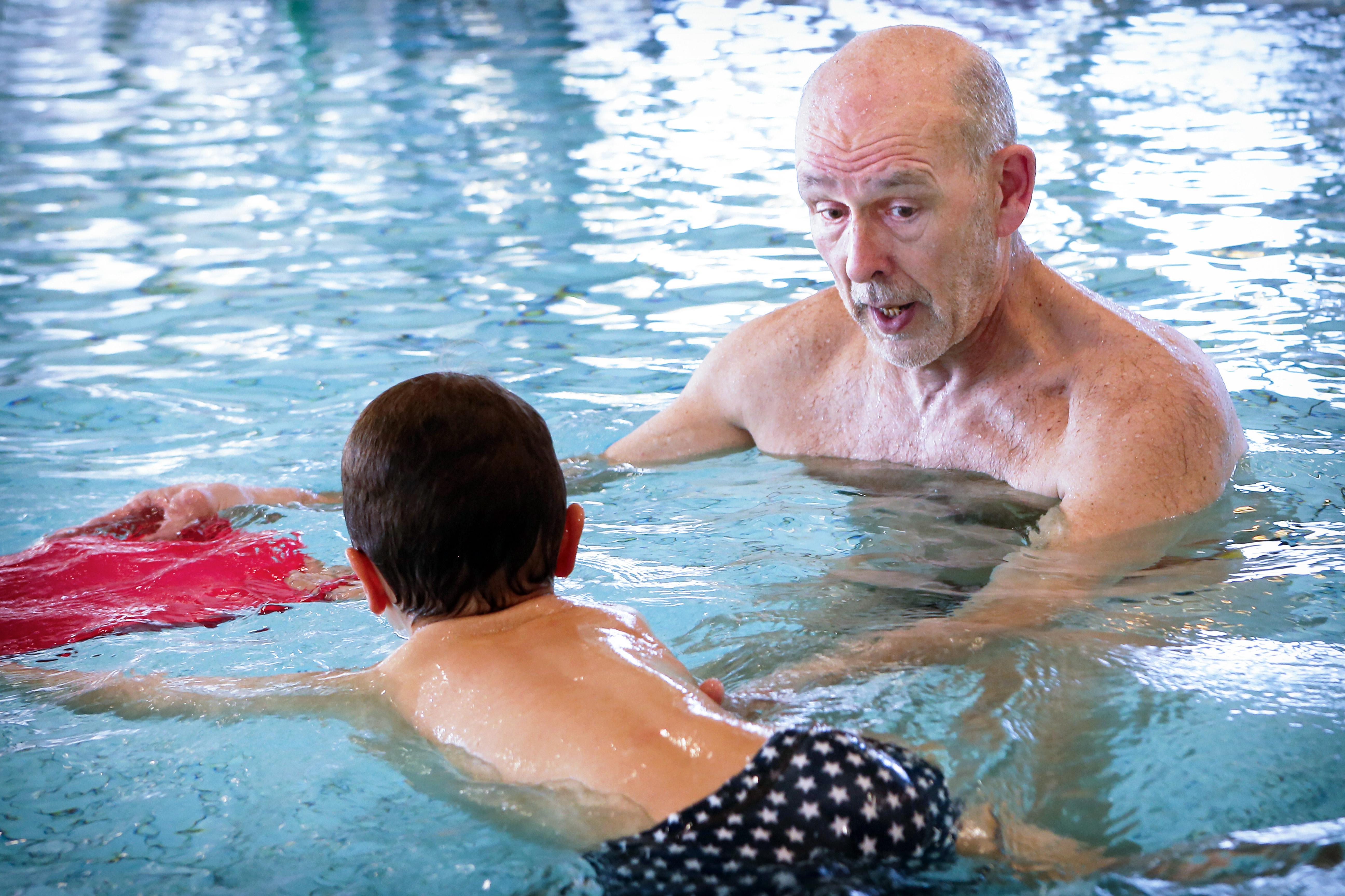 Zwemschool Waterval uit Beverwijk en zwemclub VZV uit IJmuiden zien een parallel met het onderwijs. 'Wij werken in drie maanden naar het zwemdiploma toe. De flow is er nu uit'