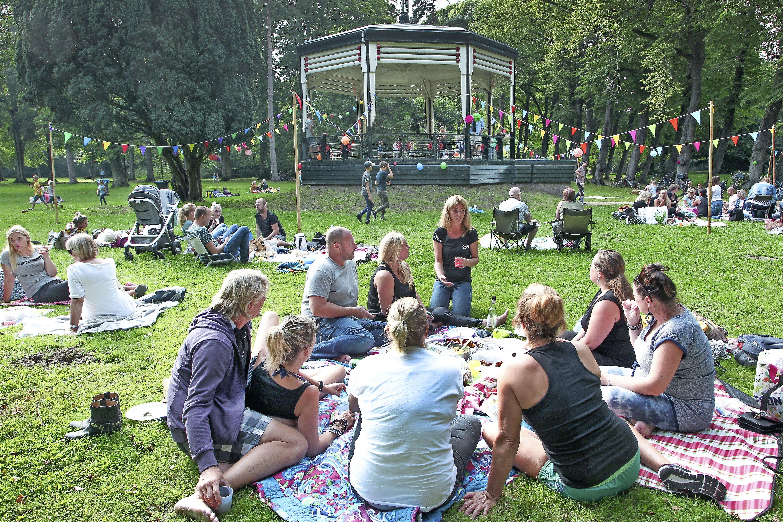 Cultureel seizoen afgetrapt met Summer Park Sessions in Velsens park Velserbeek, en een crowdfundingactie: adopteer een stukje podium [video]