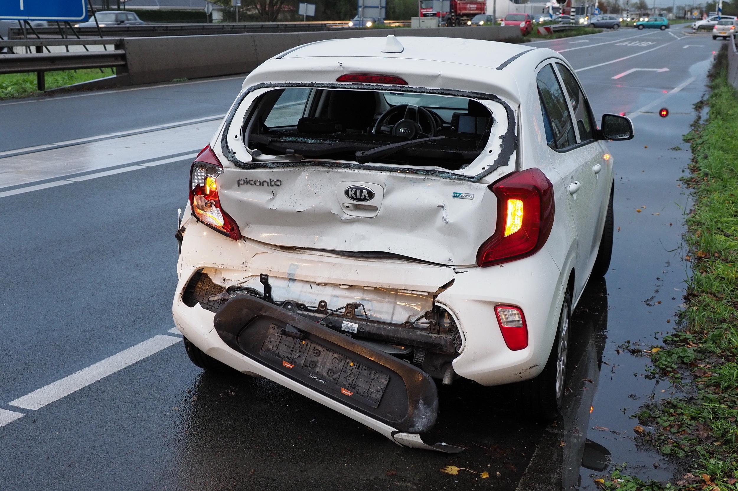 Gewonde bij botsing tussen auto en tankwagen vol cement in Velsen-Zuid