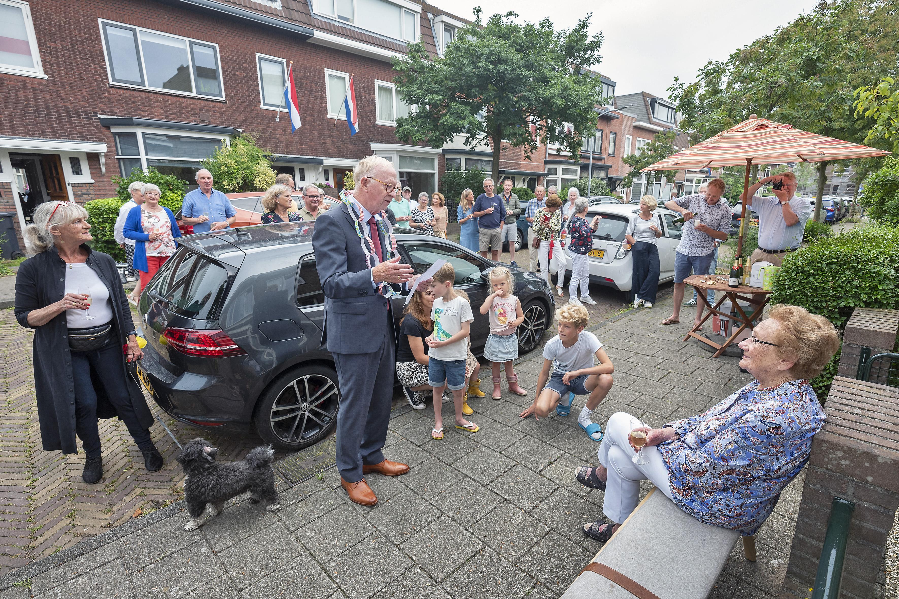 Proosten op Oma Nel, Van der Meerstraat viert 99e verjaardag geliefde buurtgenoot