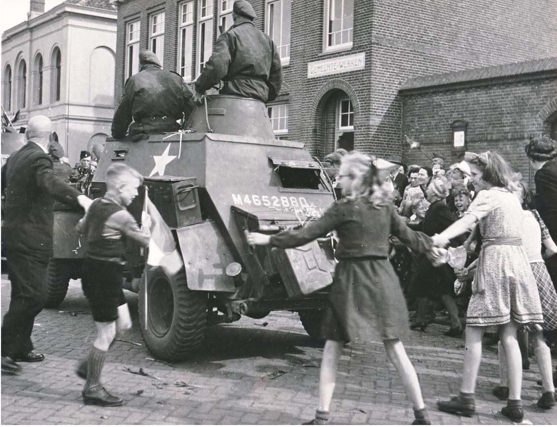 'Het bang getij is afgeloopen, de wereld ligt voor ons weer open': 75 jaar bevrijding in een boekje van de Helderse Historische Vereniging voor inwoners van Den Helder. Verhalen die niet vergeten mogen worden