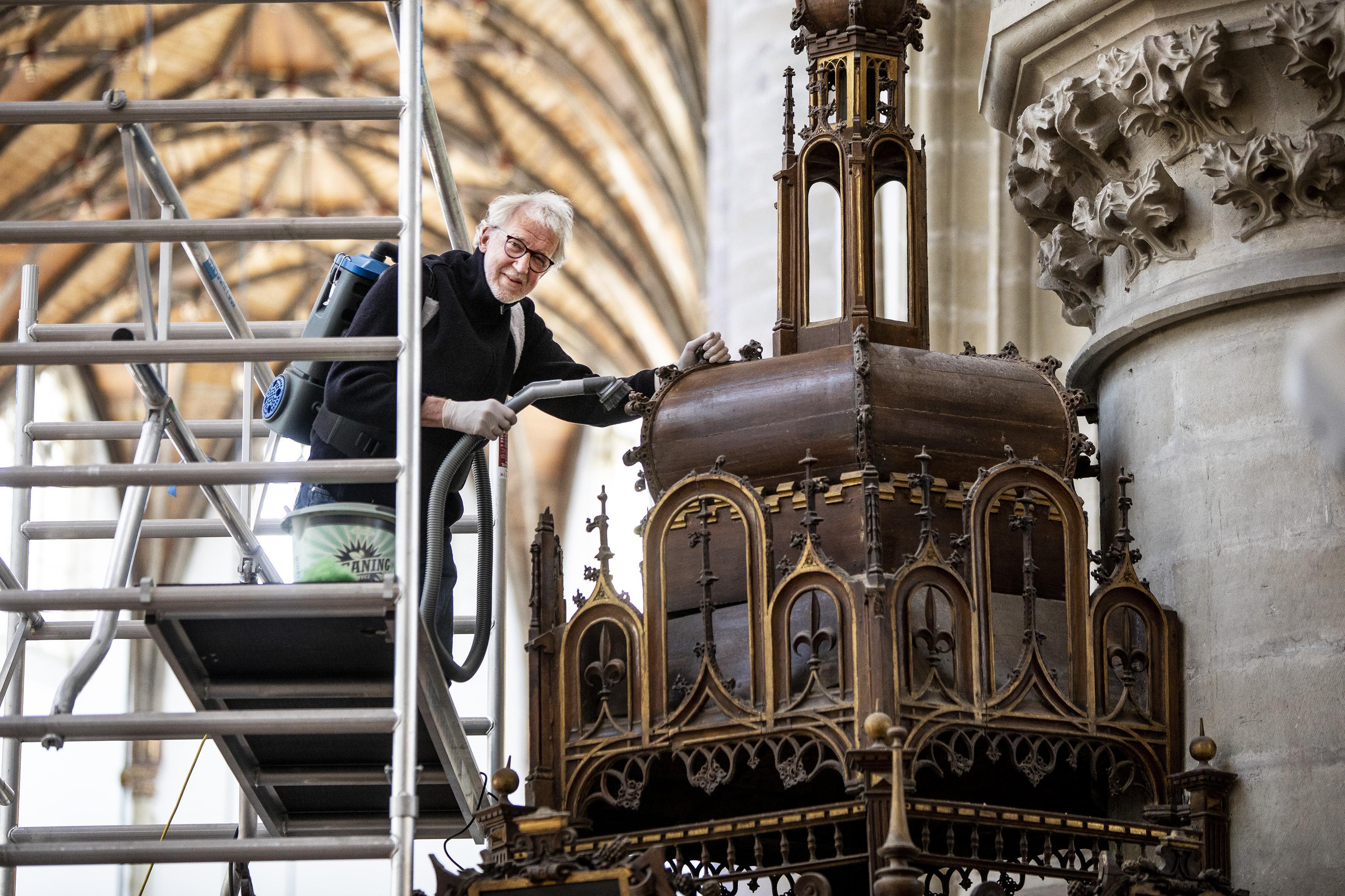 Collectiebeheerder Haarlemse Grote of St.-Bavokerk Gerrit Bosch stort zich vol overgave op het reinigen van de preekstoel