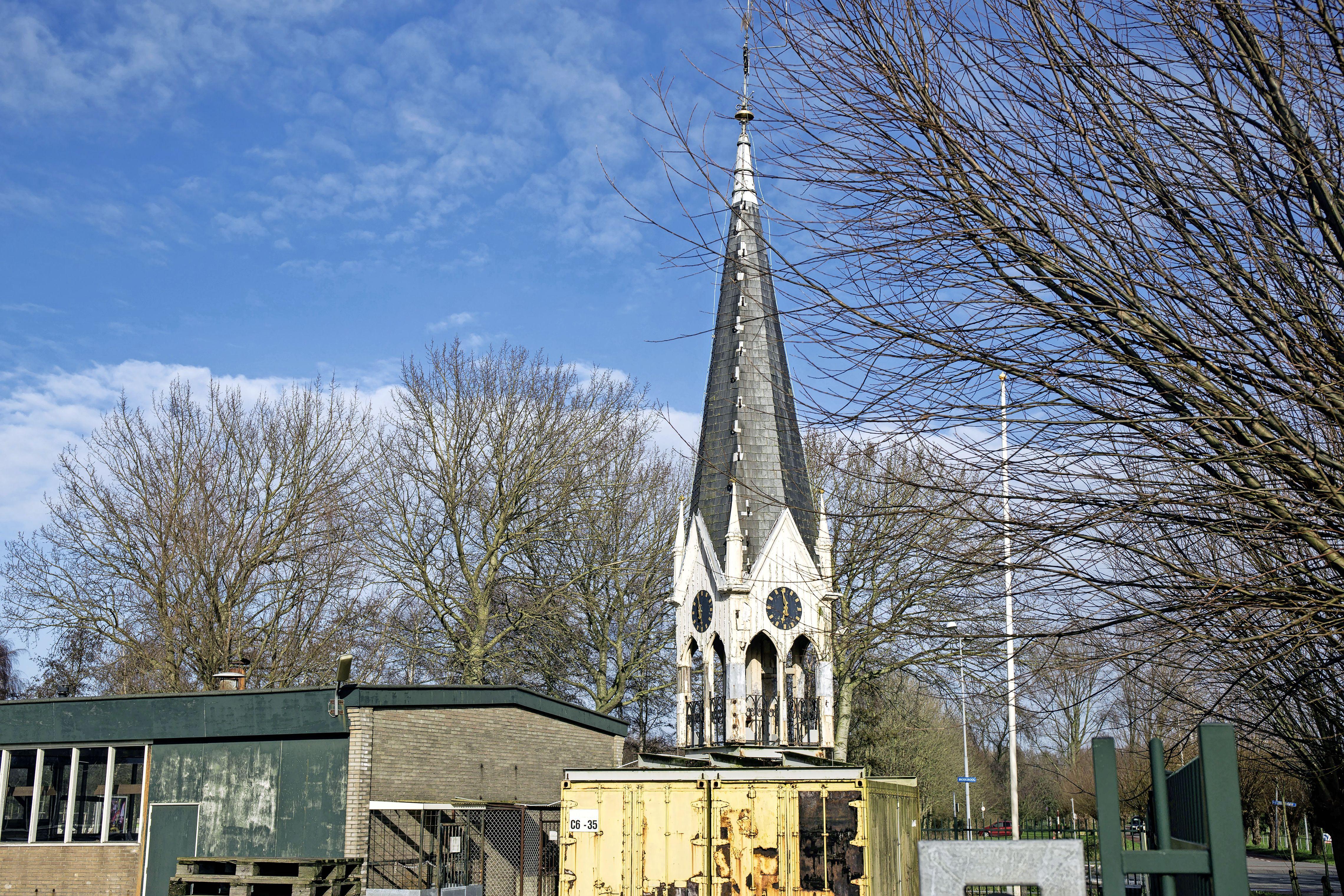 Het hing er nog heel erg om, maar oude torentje Deo-ziekenhuis krijgt tóch plek op kerk in Friese Vinkega