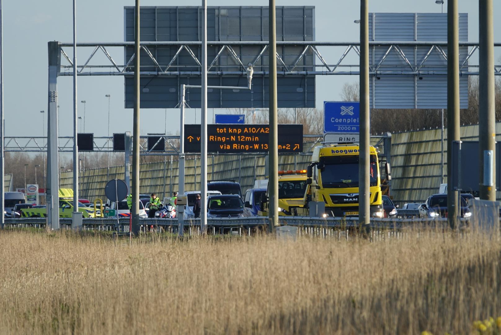 Twee rijstroken A8 dicht na kop-staartbotsing met vier auto's bij Zaandam