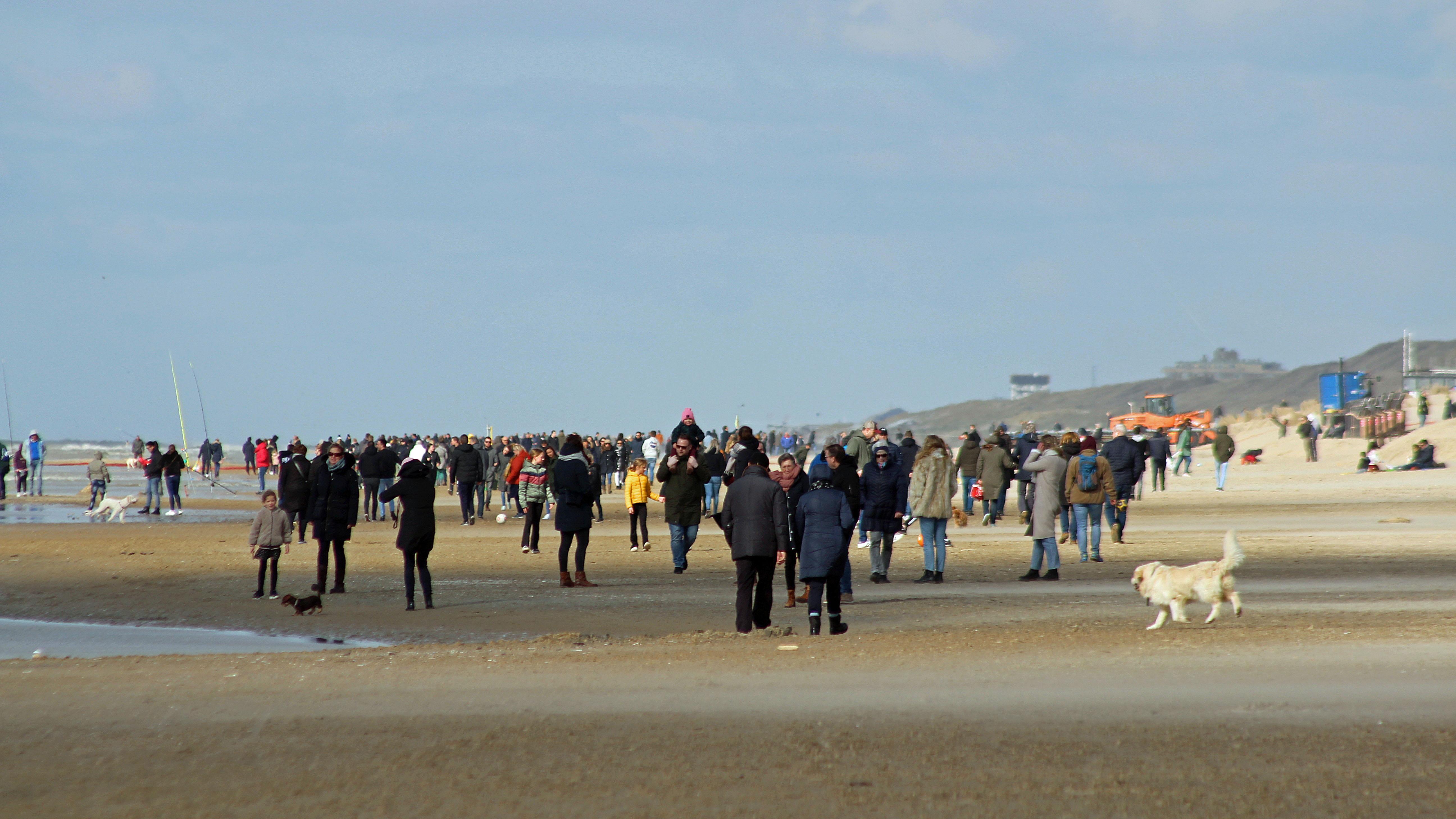 Ook burgemeester van Bergen roept inwoners na zaterdagdrukte op om strand te mijden
