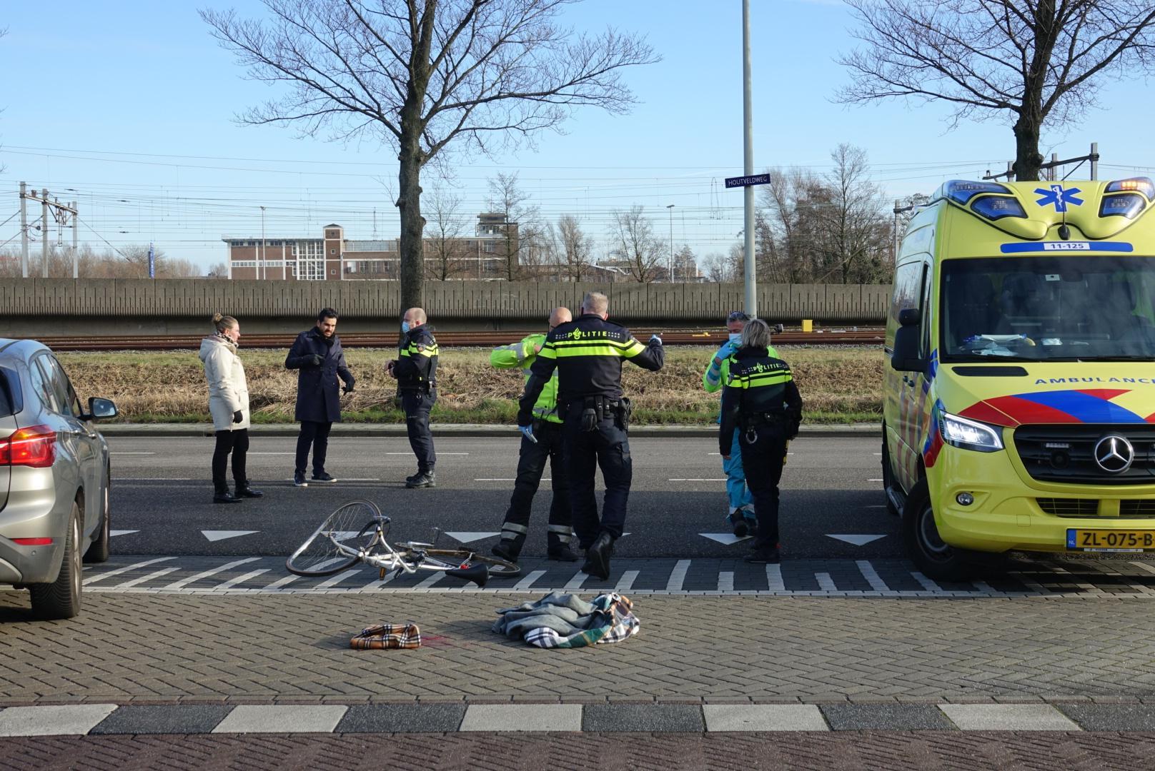 Automobilist schept fietser op Houtveldweg in Zaandam