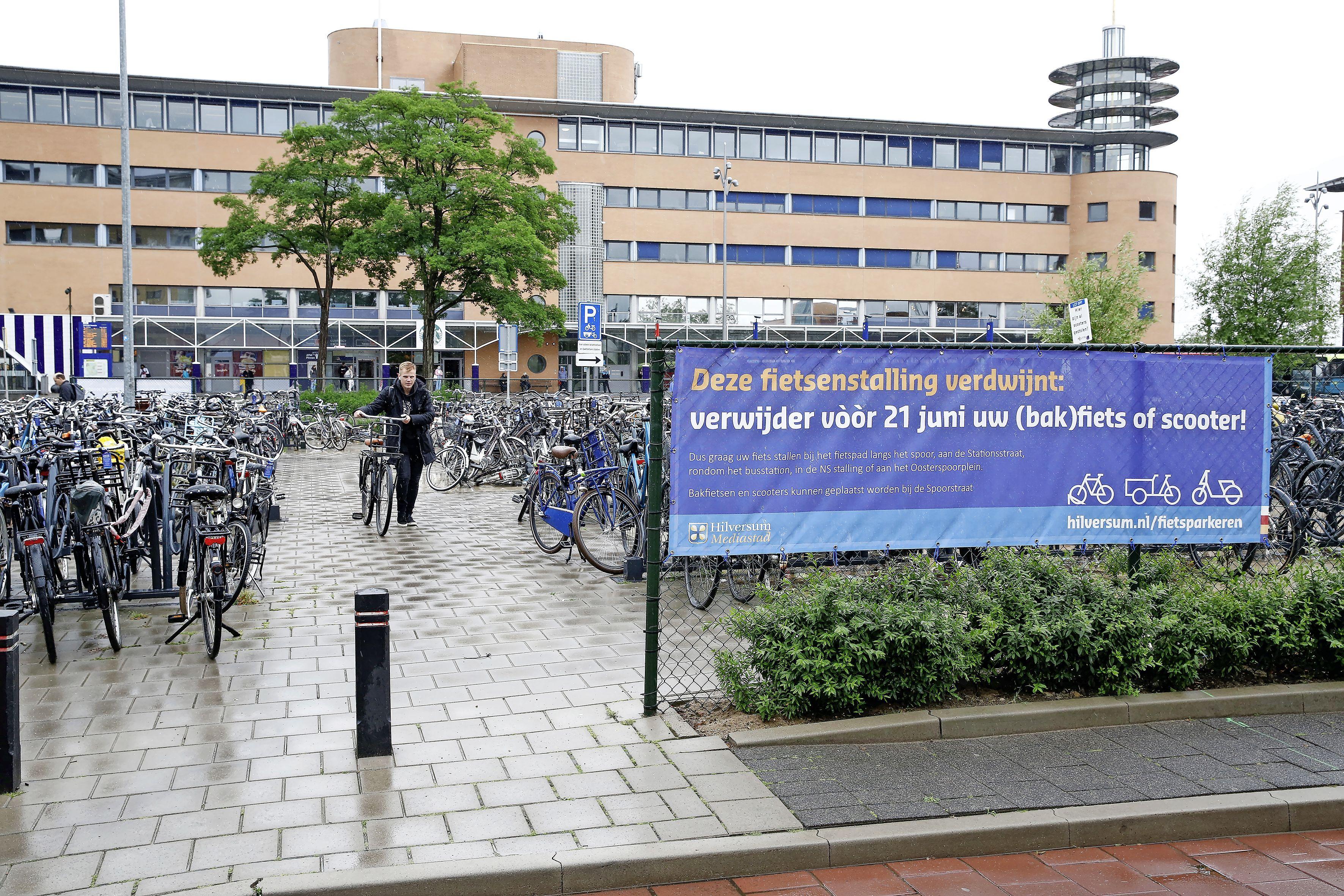 Hilversumse fietsers zijn ongehoorzaam. Gemeente moet het weghalen van de fietsenrekken voor het station noodgedwongen een week uitstellen. 'Er staan nog teveel fietsen'