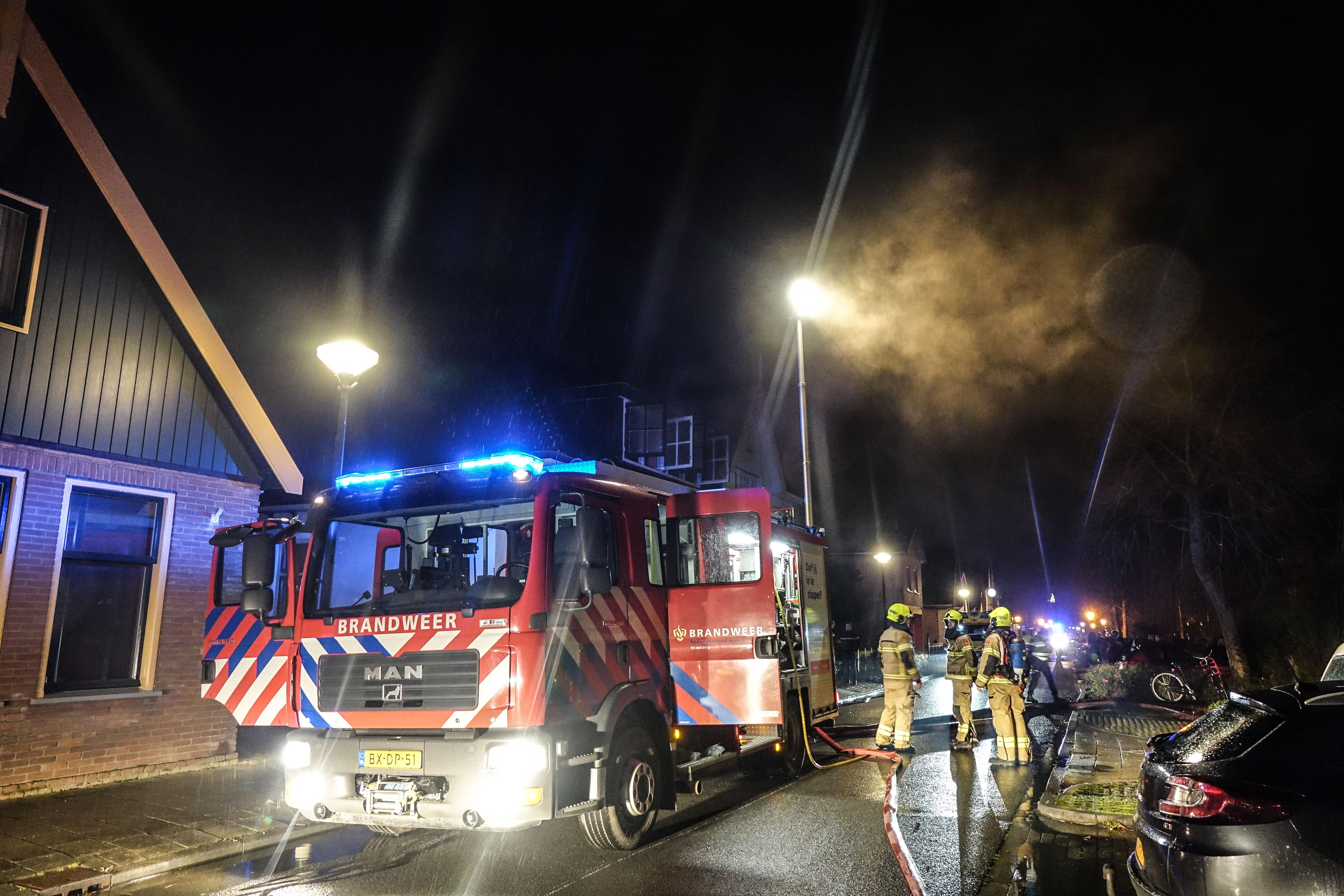 Gewonde bij woningbrand in Winkel na sprong uit raam