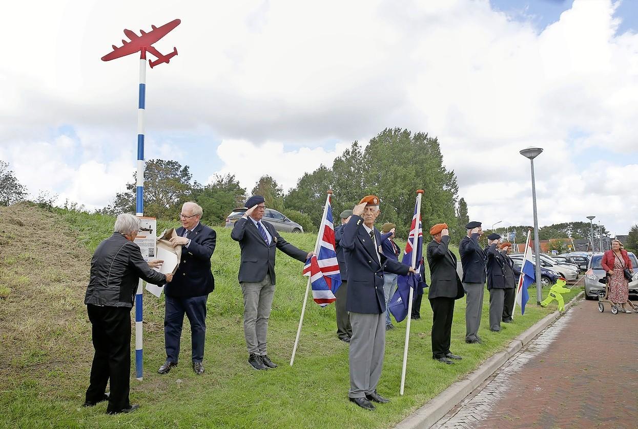 Corona vertraagt opnieuw de uitrol van herdenkingspalen voor neergestorte bommenwerper en jachtvliegtuigen in Hollands Kroon